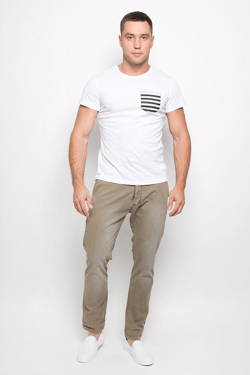 Футболка мужская Rocawear, цвет: белый. R0216Т10. Размер L (50)R0216Т10Стильная мужская футболка Rocawear, выполненная из высококачественного натурального хлопка, обладает высокой воздухопроницаемостью и гигроскопичностью, позволяет коже дышать. Такая футболка великолепно подойдет как для повседневной носки, так и для спортивных занятий.Модель с короткими рукавами и круглым вырезом горловины - идеальный вариант для создания модного современного образа. Футболка оформлена принтом, имитирующим нагрудный кармашек в полоску. Такая модель подарит вам комфорт в течение всего дня и послужит замечательным дополнением к вашему гардеробу.