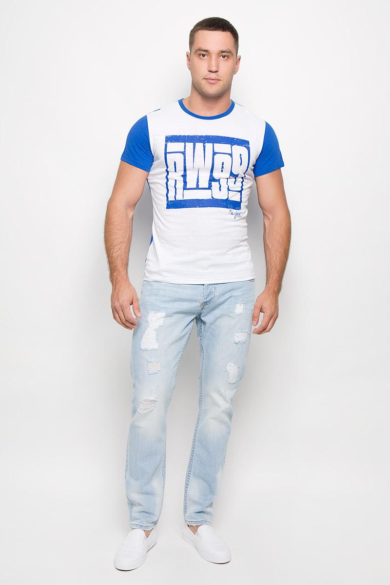 Футболка мужская Rocawear, цвет: белый, синий. R0216Т11. Размер L (50)R0216Т11Стильная мужская футболка Rocawear, выполненная из натурального хлопка, обладает высокой теплопроводностью, воздухопроницаемостью и гигроскопичностью. Она необычайно мягкая и приятная на ощупь, не сковывает движения и превосходно пропускает воздух. Такая футболка идеально подойдет как для занятий спортом, так и для повседневной носки.Модель с короткими рукавами и круглым вырезом горловины - отличный вариант для создания модного современного образа. Рукава и спинка изделия выполнены в контрастном цвете. Футболка оформлена крупным контрастным принтом с надписью RW99. Эта модель подарит вам комфорт в течение всего дня и послужит замечательным дополнением к вашему гардеробу.