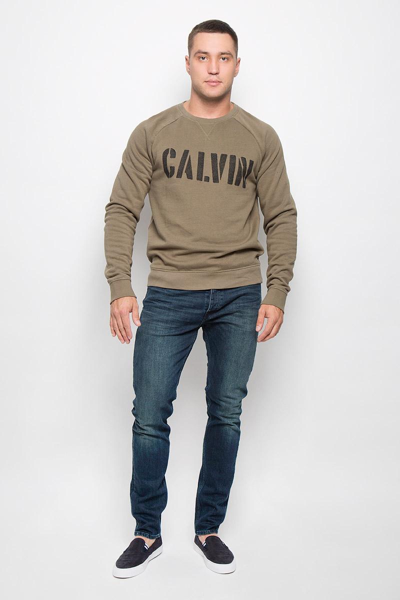 Cвитшот мужской Calvin Klein Jeans, цвет: хаки. J30J300142_3460. Размер M (46/48)SSP2261BEСтильный мужской свитшот Calvin Klein Jeans, изготовленный из высококачественного хлопка с добавлением полиэстера, мягкий и приятный на ощупь, не сковывает движений и обеспечивает наибольший комфорт. Такой свитшот великолепно пропускает воздух, позволяя коже дышать, и обладает высокой гигроскопичностью, а также превосходно отводит влагу от тела, оставляя кожу сухой после занятий спортом.Модель свободного кроя с круглым вырезом горловины и длинными рукавами-реглан оформлена крупным принтом с надписью Calvin. Манжеты рукавов, воротник и низ изделия дополнены трикотажными резинками. Этот свитшот - настоящее воплощение комфорта, он послужит отличным дополнением к вашему гардеробу. В нем вы будете чувствовать себя уютно в прохладное время года.