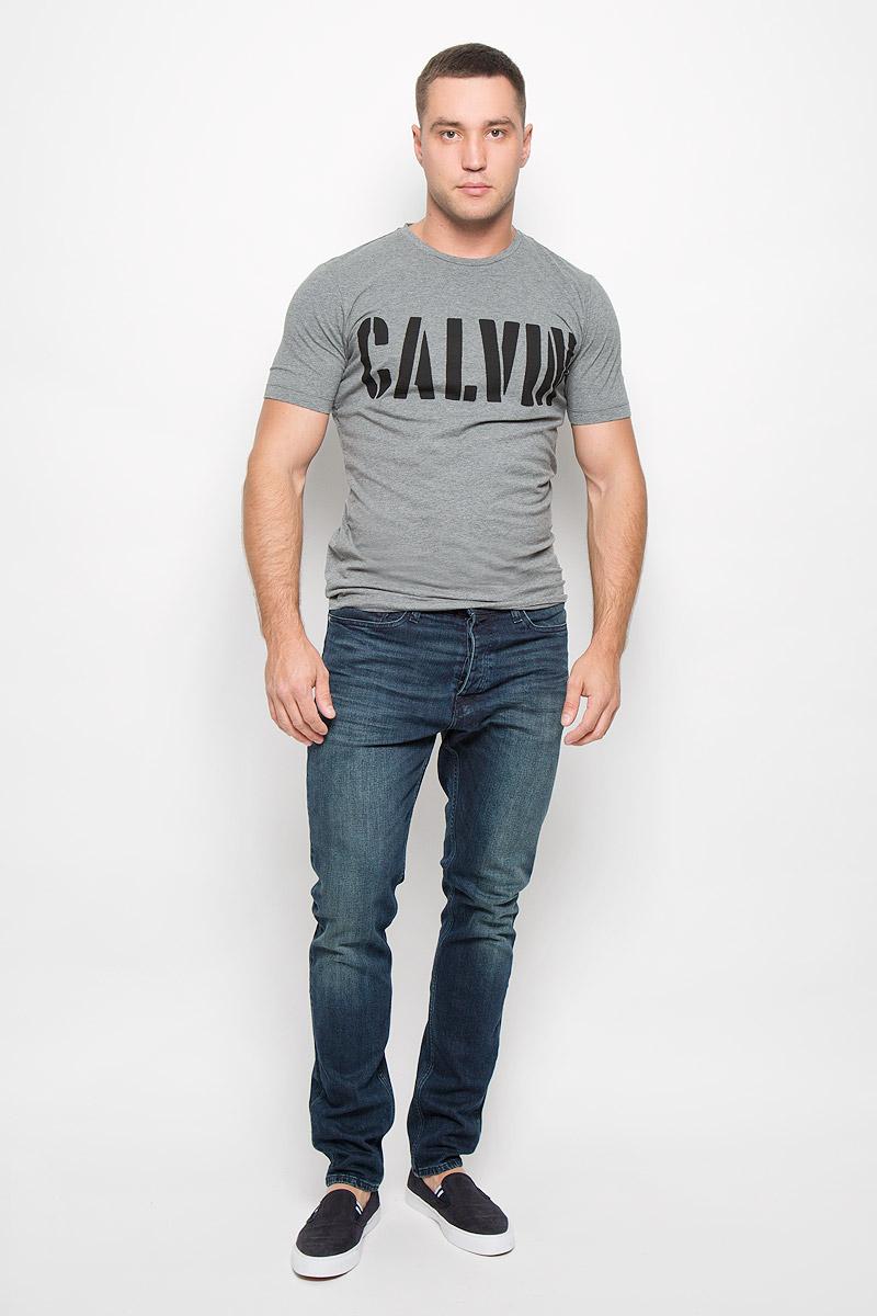 Футболка мужская Calvin Klein Jeans, цвет: серый. J30J300139_0250. Размер XL (54)J30J300139_0250Стильная мужская футболка Calvin Klein Jeans, выполненная из эластичного хлопка, обладает высокой теплопроводностью, воздухопроницаемостью и гигроскопичностью. Она необычайно мягкая и приятная на ощупь, не сковывает движения и превосходно пропускает воздух. Такая футболка отлично подойдет как для занятия спортом, так и для повседневной носки.Модель с короткими рукавами и круглым вырезом горловины - идеальный вариант для создания модного современного образа. Футболка оформлена крупным контрастным принтом с надписью Calvin. Эта модель подарит вам комфорт в течение всего дня и послужит замечательным дополнением к вашему гардеробу.