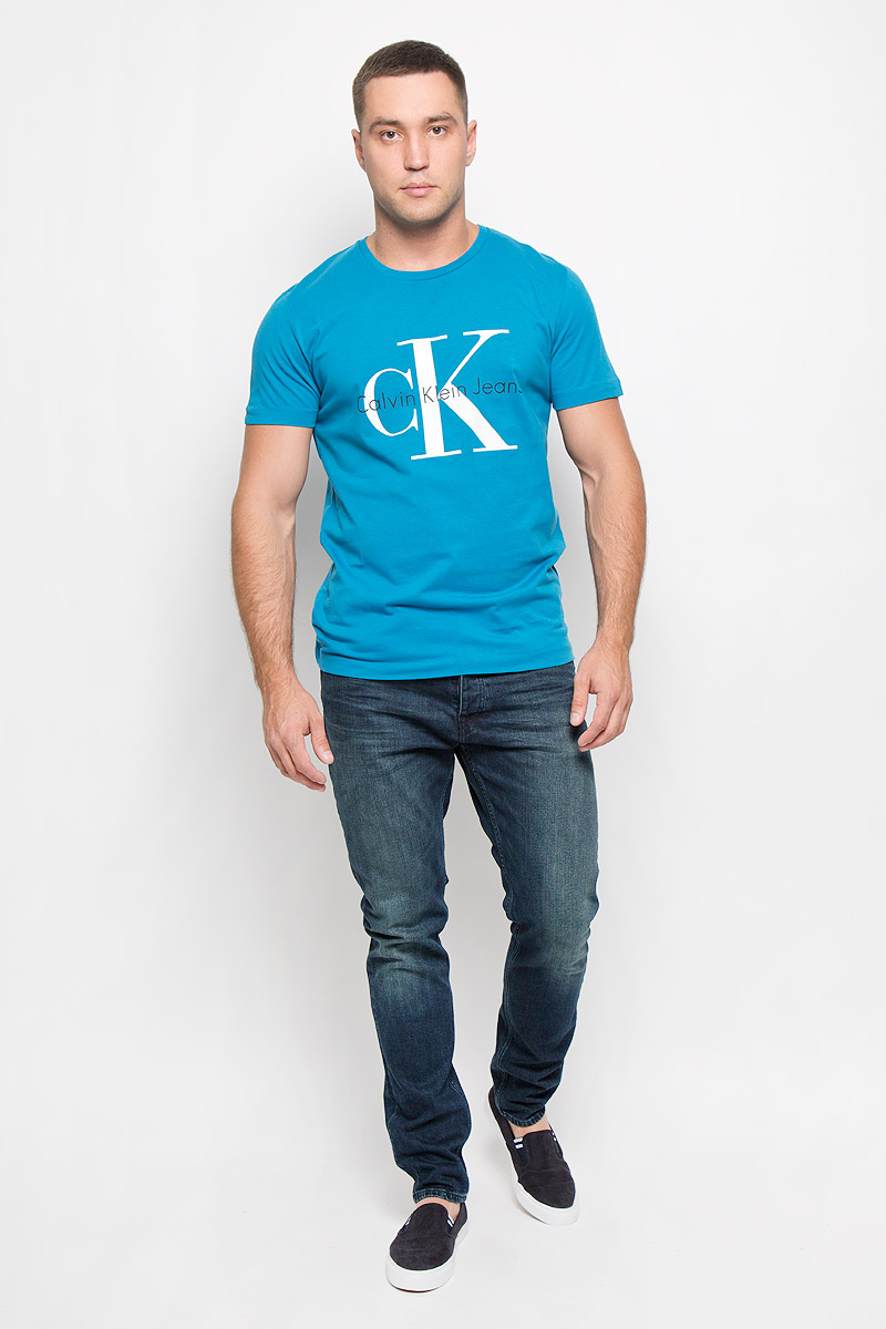 Футболка мужская Calvin Klein Jeans, цвет: голубой. J3IJ302251_4880. Размер M (46/48)J3IJ302251_4880Стильная мужская футболка Calvin Klein Jeans, выполненная из натурального хлопка, обладает высокой теплопроводностью, воздухопроницаемостью и гигроскопичностью. Она необычайно мягкая и приятная на ощупь, не сковывает движения и превосходно пропускает воздух. Такая футболка отлично подойдет как для занятий спортом, так и для повседневной носки. Модель с короткими рукавами и круглым вырезом горловины - идеальный вариант для создания модного современного образа. Футболка оформлена крупным контрастным принтом с логотипом Calvin Klein. Эта модель подарит вам комфорт в течение всего дня и послужит замечательным дополнением к вашему гардеробу.