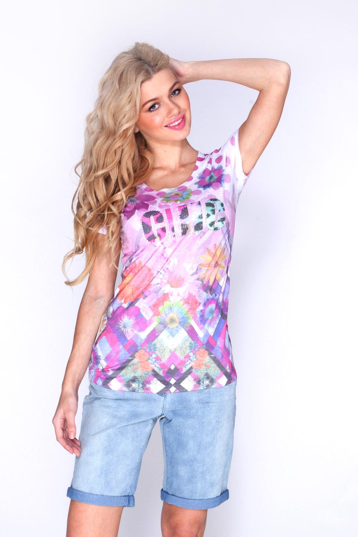 Футболка женская Vis-A-Vis, цвет: белый, розовый. LFV6054. Размер XL (50)LFV6054Футболка с короткими рукавами и круглым вырезом горловины выполнена из хлопка и полиэстера. Модель оформлена оригинальным принтом, спереди декорирована прозрачными и металлизированными стразами.