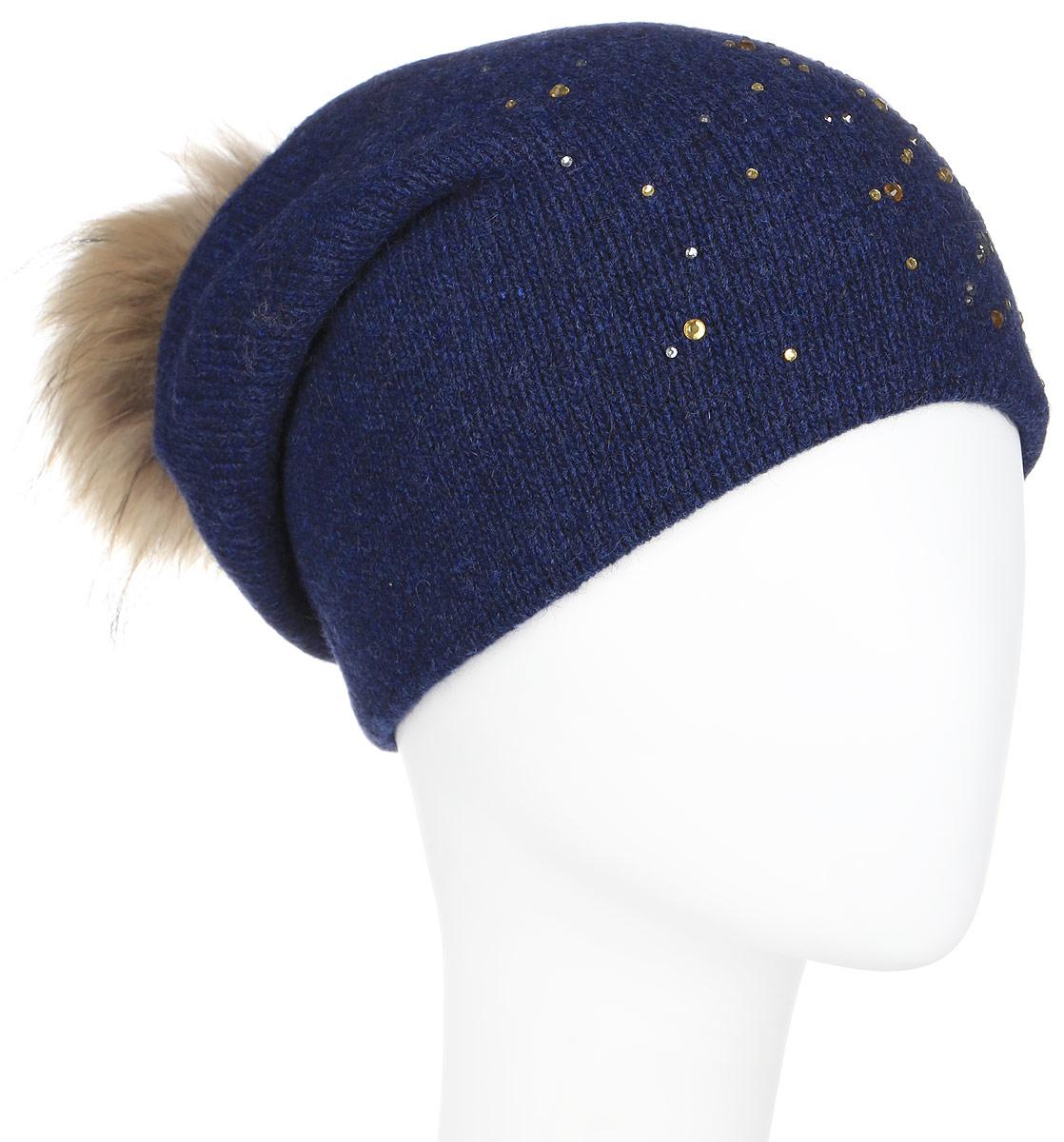 Шапка женская Finn Flare, цвет: темно-синий. A16-12130_110. Размер 56A16-12130_110Стильная женская шапка Finn Flare дополнит ваш наряд и не позволит вам замерзнуть в холодное время года. Шапка выполнена из высококачественной пряжи, что позволяет ей великолепно сохранять тепло и обеспечивает высокую эластичность и удобство посадки. Изделие дополнено тёплой подкладкой.Модель оформлена пушистым помпоном из меха енота и украшена узором из страз. Такая шапка станет модным и стильным дополнением вашего гардероба. Она согреет вас и позволит подчеркнуть свою индивидуальность!