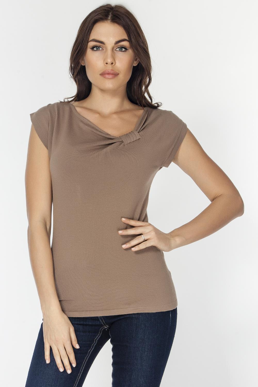 Джемпер женский Vis-A-Vis, цвет: коричневый. VIS-0283V. Размер L (48)VIS-0283VВязаный джемпер полуприлегающего силуэта, со спущенной линией плеча. Вырез горловины дополнен эффектным декоративным узлом, что придает модели утонченную элегантность.
