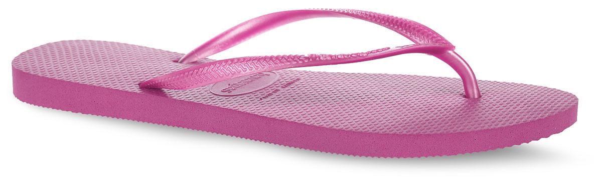 Сланцы женские Havaianas Slim, цвет: розовый. 4000030-0703. Размер 39/40 (40/41)4000030-0703Модные сланцы Slim от Havaianas придутся вам по душе. Верх модели, выполненный из резины, оформлен рельефным орнаментом и названием бренда. Ремешки с перемычкой гарантируют надежную фиксацию модели на ноге. Подошва выполнена из материала ЭВА. Рифление на верхней поверхности подошвы предотвращает выскальзывание ноги. Рельефное основание подошвы обеспечивает уверенное сцепление с любой поверхностью. Удобные сланцы прекрасно подойдут для похода в бассейн или на пляж.
