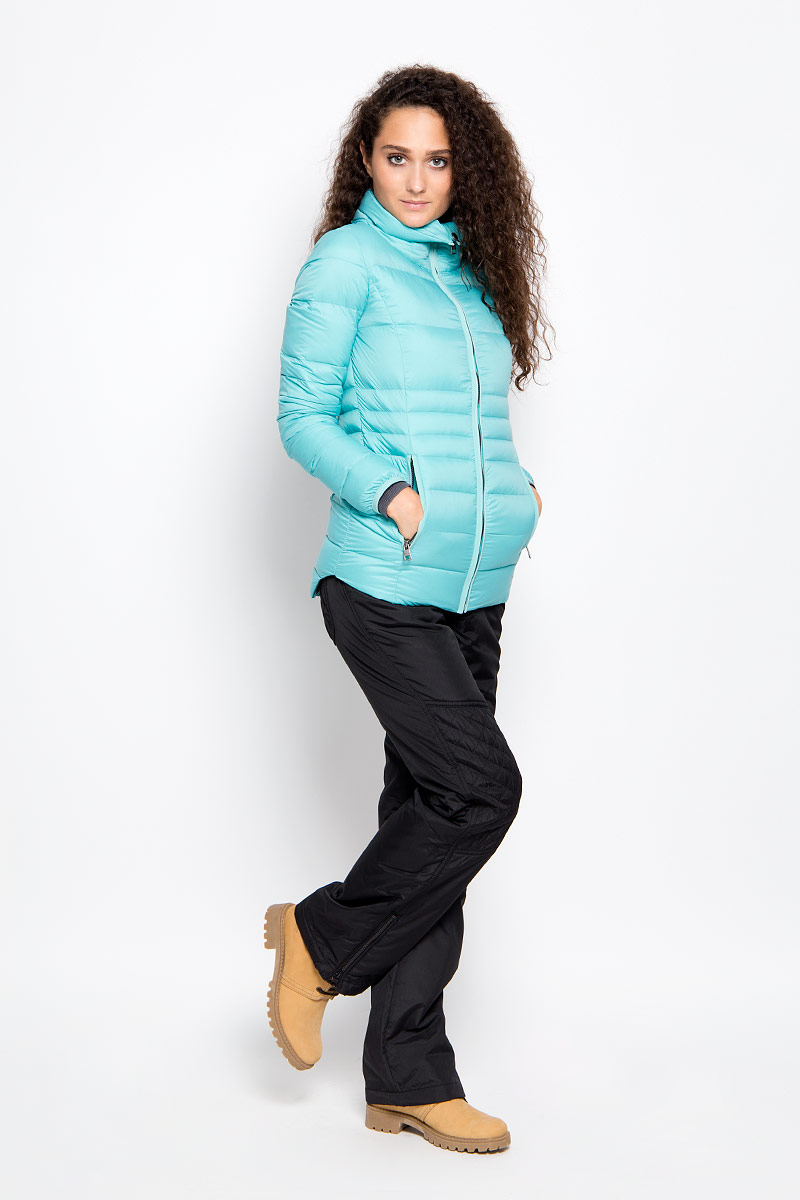 Куртка женская Calvin Klein Jeans, цвет: бирюзовый. J20J200392_4730. Размер M (44/46)10416Яркая женская куртка Calvin Klein Jeans выполнена из нейлона с наполнителем из пуха и перьев. Подкладка выполнена из полиэстера. Такая модель отлично подойдет для прохладной погоды.Куртка с воротником-стойкой и длинными рукавами застегивается на застежку-молнию. Спинка изделия немного удлинена. Модель снаружи дополнена двумя втачными карманами на молниях, а внутри одним втачным потайным карманом на застежке-молнии. Очень комфортная и стильная куртка будет прекрасным выбором для повседневной носки и подчеркнет вашу индивидуальность.