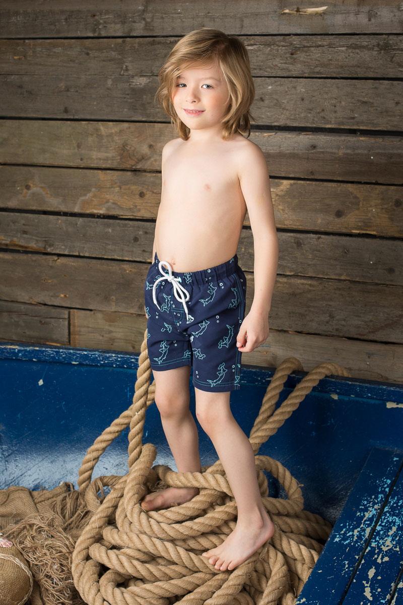 Шорты пляжные для мальчика Sweet Berry, цвет: темно-синий. 196371. Размер 140, 10 лет196371Пляжные шорты для мальчика Sweet Berry - идеальный вариант, как для купания, так и для игр на пляже. Изготовленные из 100% полиэстера, они быстро сохнут и сохраняют первоначальный вид и форму даже при длительном использовании. Шорты комфортны в носке, даже когда ребенок мокрый.Модель с вшитыми сетчатыми трусиками на поясе имеет эластичную резинку, регулируемую шнурком, благодаря чему они не сдавливают живот ребенка и не сползают. Имеется имитация ширинки. Оформлено изделие в морской тематике. Такие пляжные шорты, несомненно, понравятся вашему ребенку и послужат отличным дополнением к летнему гардеробу!