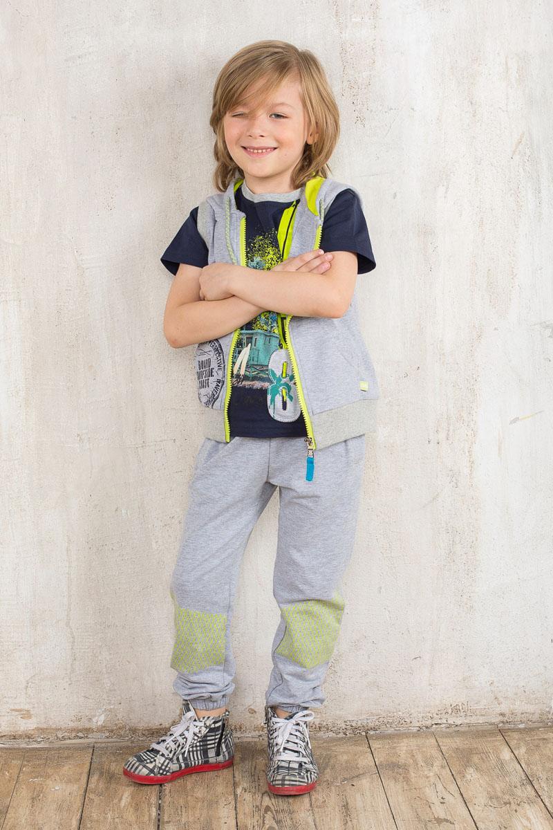 Футболка для мальчика Sweet Berry, цвет: темно-синий, салатовый, серый. 196347. Размер 128, 8 лет196347Модная футболка для мальчика Sweet Berry станет отличным дополнением к детскому гардеробу. Модель выполнена из эластичного хлопка, очень мягкая и приятная на ощупь, не сковывает движения и позволяет коже дышать, обеспечивая комфорт. Футболка с короткими рукавами имеет круглый вырез горловины, оформленный трикотажной резинкой. Изделие украшено яркой термоаппликацией, а также нашивкой. Отличное качество, дизайн и расцветка делают эту футболку стильным и практичным предметом детской одежды, в ней маленький модник всегда будет в центре внимания!