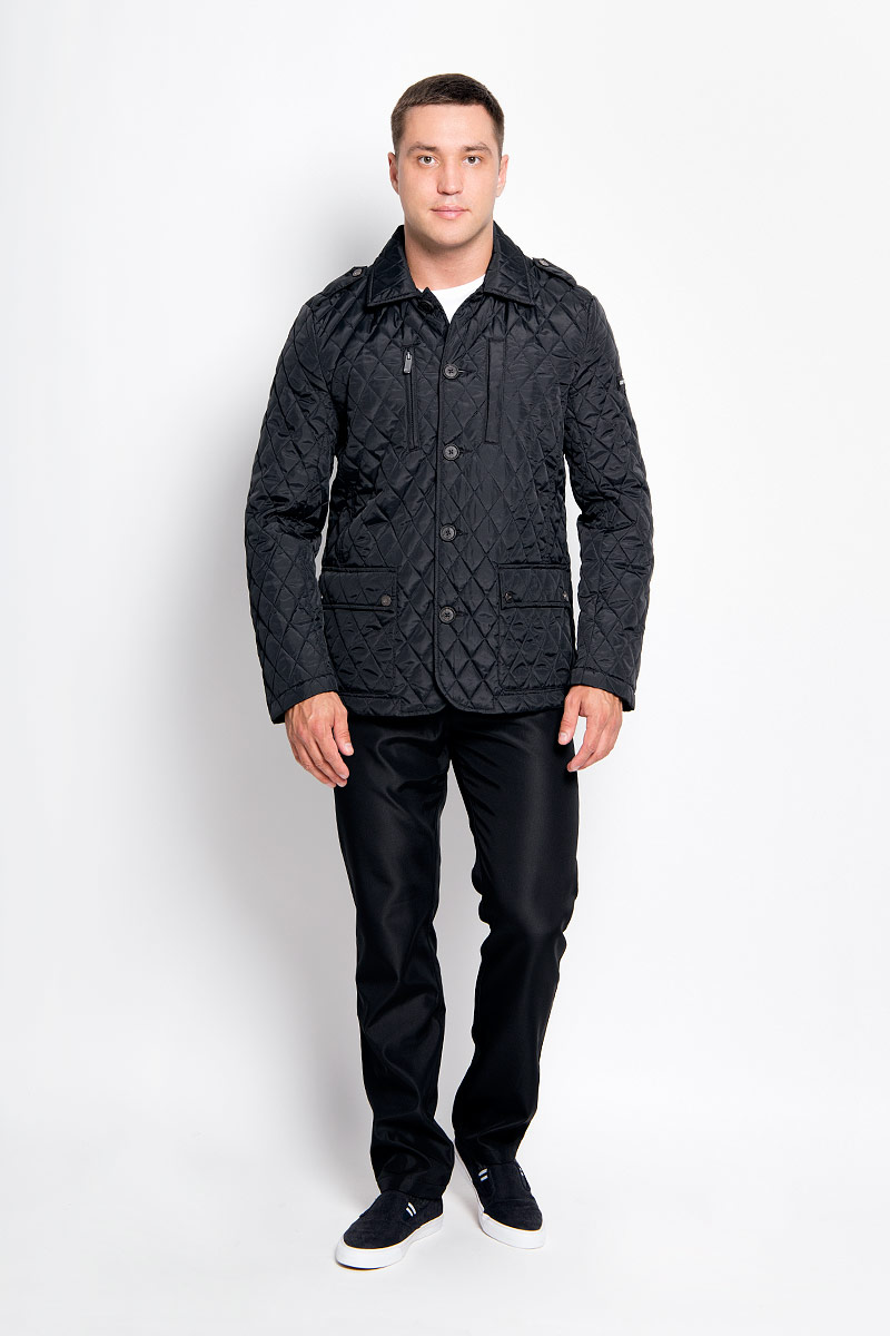 Куртка мужская Finn Flare, цвет: черный. A16-22007_200. Размер XL (52)A16-22007_200Стильная мужская куртка Finn Flare превосходно подойдет для прохладных дней. Куртка выполнена из полиэстера, отлично защищает от дождя и ветра, а наполнитель из синтепона превосходно сохраняет тепло. Модель с длинными рукавами и отложным воротником застегивается на крупные пластиковые пуговицы спереди. Изделие дополнено двумя накладными карманами на клапанах с кнопками, нагрудным карманом на застежке-молнии и карманом на кнопках спереди, а также внутренним карманом на липучке и карманом на пуговице. Куртка оформлена стегаными узором.Эта модная и в то же время комфортная куртка согреет вас в прохладное время года и отлично подойдет как для прогулок, так и для активного отдыха.