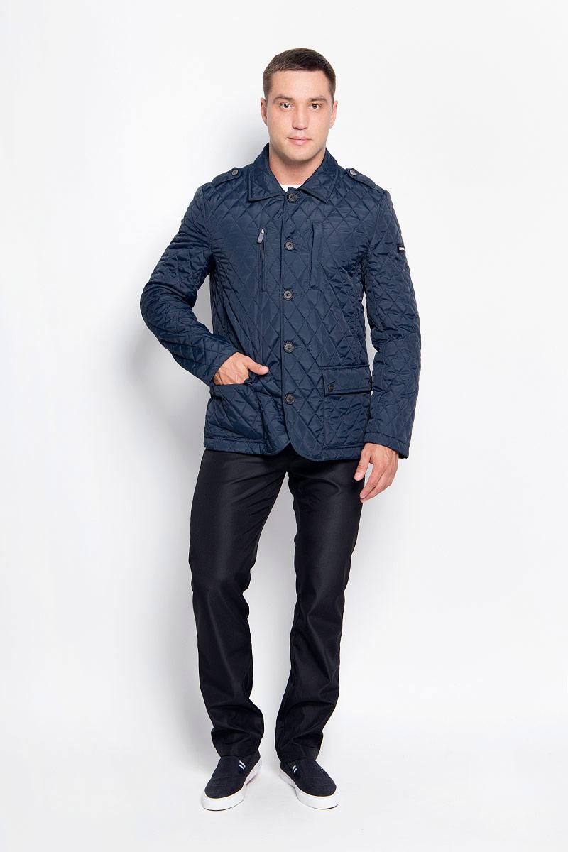 Куртка мужская Finn Flare, цвет: темно-синий. A16-22007_101. Размер XL (52)A16-22007_101Стильная мужская куртка Finn Flare превосходно подойдет для прохладных дней. Куртка выполнена из полиэстера, отлично защищает от дождя и ветра, а наполнитель из синтепона превосходно сохраняет тепло. Модель с длинными рукавами и отложным воротником застегивается на крупные пластиковые пуговицы спереди. Изделие дополнено двумя накладными карманами на клапанах с кнопками, нагрудным карманом на застежке-молнии и карманом на кнопках спереди, а также внутренним карманом на липучке и карманом на пуговице. Куртка оформлена стегаными узором.Эта модная и в то же время комфортная куртка согреет вас в прохладное время года и отлично подойдет как для прогулок, так и для активного отдыха.
