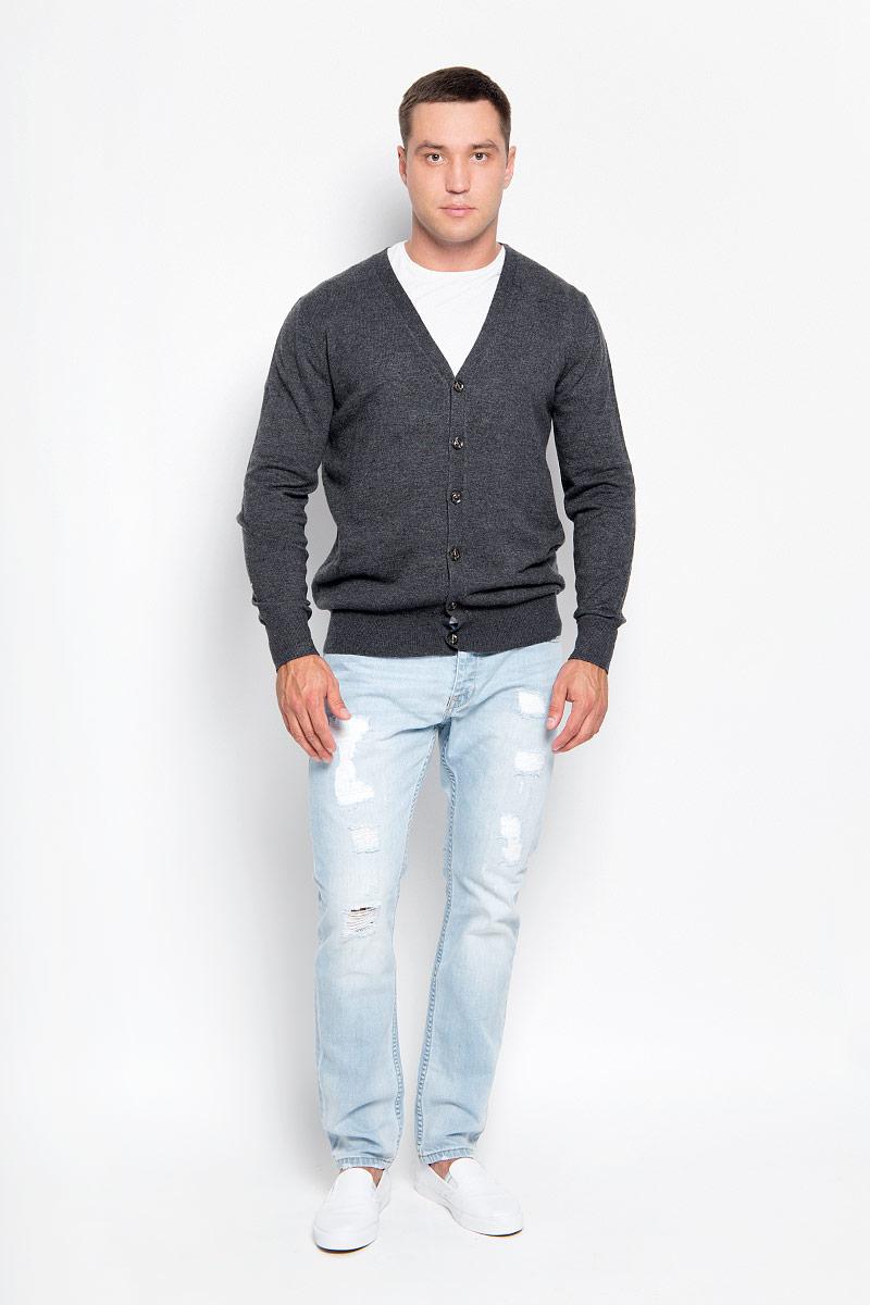 Кардиган мужской Finn Flare, цвет: темно-серый. A16-21100_202. Размер S (46)A16-21100_202Стильный мужской кардиган Finn Flare выполнен из акрила с добавлением нейлона и шерсти, благодаря чему он великолепно сохраняет тепло, позволяет коже дышать и обладает высокой износостойкостью и эластичностью. Модель с длинными рукавами и V-образным вырезом горловины согреет вас в прохладные дни. Кардиган застегивается на пуговицы, манжеты рукавов и низ изделия связаны резинкой. Модный и уютный кардиган - идеальный вариант для создания уникального образа. Такая модель будет дарить вам комфорт в течение всего дня и послужит замечательным дополнением к вашему гардеробу.