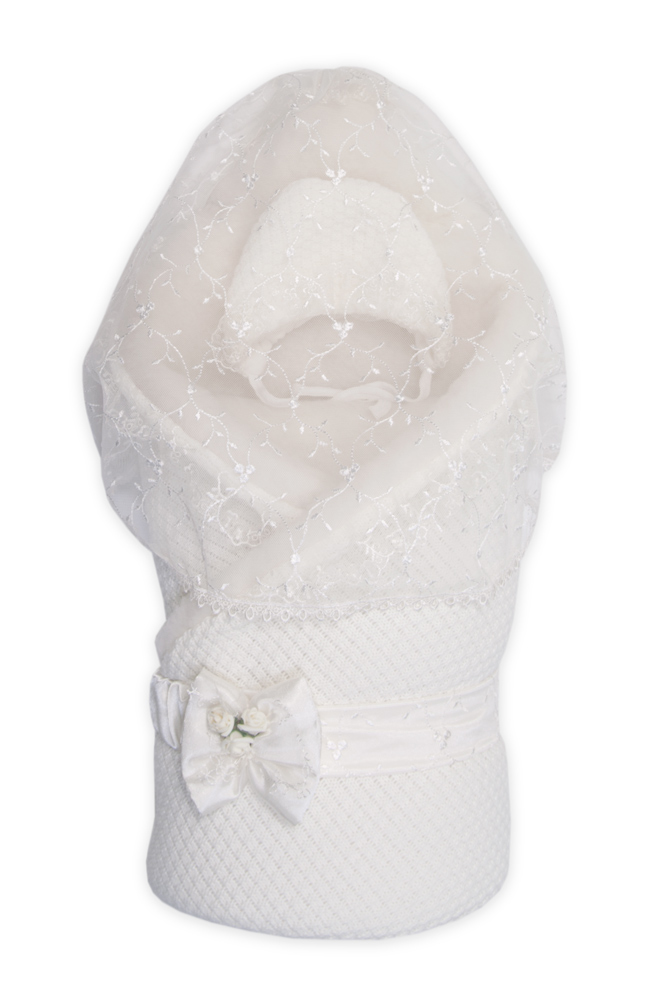 Конверт-одеяло на выписку Сонный гномик Жемчужинка, цвет: молочный. 1709М/2. Возраст 0/9 месяцев1709М/0Конверт-одеяло Сонный гномик Жемчужинка прекрасно подойдет для выписки новорожденного из роддома. В дальнейшем его можно использовать во время прогулок с малышом в коляске-люльке или в качестве удобного коврика для пеленания. Конверт изготовлен из 100% акрила на подкладке из шерсти с добавлением полиэстера. В качестве утеплителя используется шелтер (100% полиэстер). Шелтер (Shelter) - утеплитель нового поколения с тонкими волокнами. Его более мягкие ячейки лучше удерживают воздух, эффективнее сохраняя тепло. Более частые связи между волокнами делают утеплитель прочным и позволяют сохранить его свойства даже после многократных стирок. Утеплитель шелтер максимально защищает от холода и не стесняет движений. Конверт-одеяло складывается и фиксируется на липучку. Верхняя часть конверта украшена вуалью с ажурной вышивкой, пристегивающейся с помощью липучек. Также в комплект входит очаровательный акриловый чепчик на хлопковой подкладке, украшенный оборкой из вуали и атласный поясок на резинке, украшенный декоративным бантиком. Оригинальный конверт на выписку порадует взгляд родителей и прохожих.