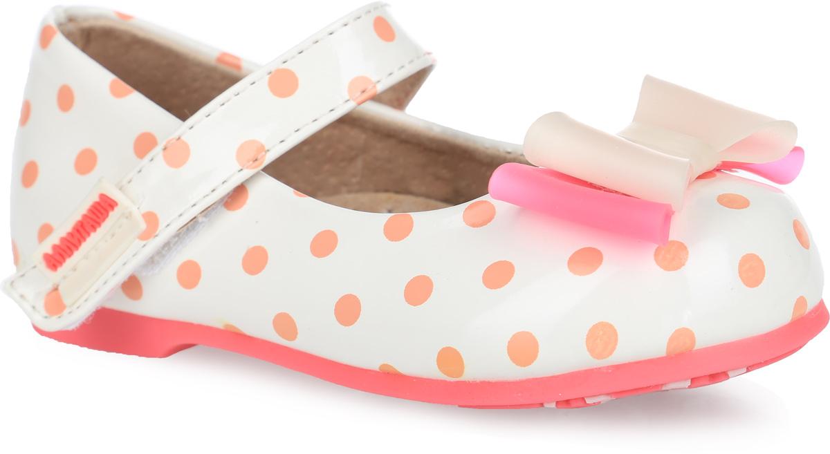 Туфли для девочки Аллигаша, цвет: молочный, бежевый. 000350302. Размер 22000350302Удобные и стильные туфли Аллигаша очаруют вашу маленькую принцессу с первого взгляда!Оригинальный и яркий дизайн дополнен красивой фурнитурой. Верх модели выполнен из мягкой лакированной искусственной кожи, разработанной по последним технологиям, позволяет туфелькам совмещать в себе комфорт и износоустойчивость. Стелька с супинатором и подкладка изготовлены из натуральной кожи, благодаря чему обувь дышит, что обеспечивает идеальный микроклимат. Усиленная задняя пяточная часть соответствует всем рекомендациям ортопедов. Анатомическая стелька обеспечивает правильное формирование детской стопы. Для удобства обувания и надежной фиксации стопы на подъеме имеется ремешок на липучке. Подошва, изготовленная из полиуретана, не скользит и обеспечивает хорошее сцепление с поверхностью.Туфли оформлены принтом в горошек. Мыс изделия украшен двухцветным бантиком из ПВХ.Чудесные туфли прекрасно дополнят любой наряд вашей модницы.