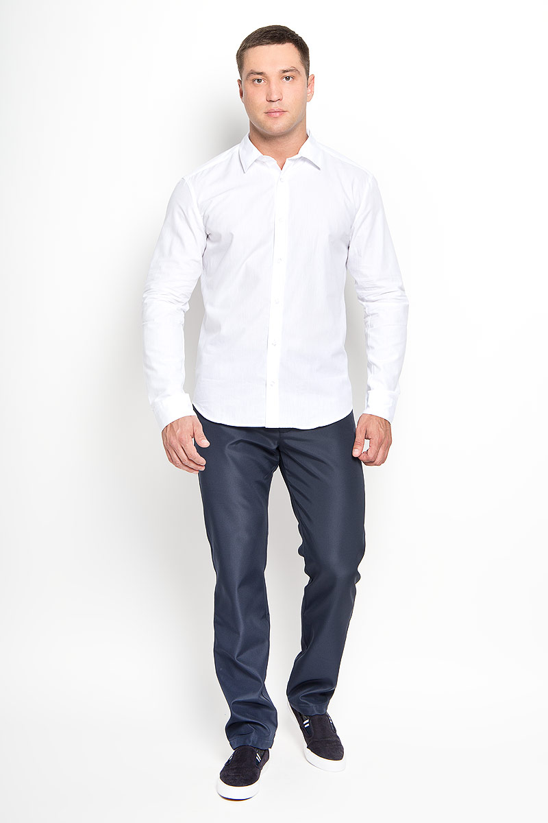 Рубашка мужская Finn Flare, цвет: белый. A16-21033_201. Размер S (46)A16-21033_201Стильная мужская рубашка Finn Flare, выполненная из натурального хлопка, подчеркнет ваш уникальный стиль и поможет создать оригинальный образ. Такой материал великолепно пропускает воздух, обеспечивая необходимую вентиляцию, а также обладает высокой гигроскопичностью. Рубашка с длинными рукавами и отложным воротником застегивается на пуговицы спереди. Манжеты рукавов также застегиваются на пуговицы. Классическая рубашка - превосходный вариант для базового мужского гардероба и отличное решение на каждый день.Такая рубашка будет дарить вам комфорт в течение всего дня и послужит замечательным дополнением к вашему гардеробу.