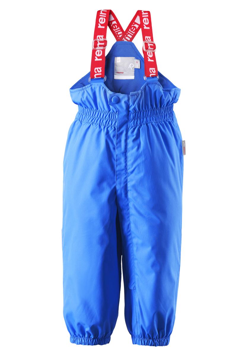 Брюки детские Reima Stockholm, цвет: голубой. 512082-6560. Размер 74512082-6560В этих классических брюках малыши смогут играть на улице весь день, благодаря совершенно водо- и ветронепроницаемому материалу. Прочная ткань пропускает воздух, поэтому ребёнок не вспотеет. Благодаря тому, что все швы проклеены для водонепроницаемости, брюки отлично подходят для активных детей. Пояс с резинкой и регулируемые подтяжки гарантируют посадку по фигуре и комфорт. Благодаря утеплённой задней части брюк малыши не замерзнут катаясь на санках, а силиконовые штрипки удержат концы брючин при любом темпе игры. Собранные внизу брючины лучше держатся на ботинках, поэтому даже если взять их немножко на вырост, брюки не будут соскальзывать с обуви. Эти зимние мембранные брюки от Reimatec рекомендованы для всех видов зимнего отдыха! Водонепроницаемость: Waterpillar over 15 000 mm.