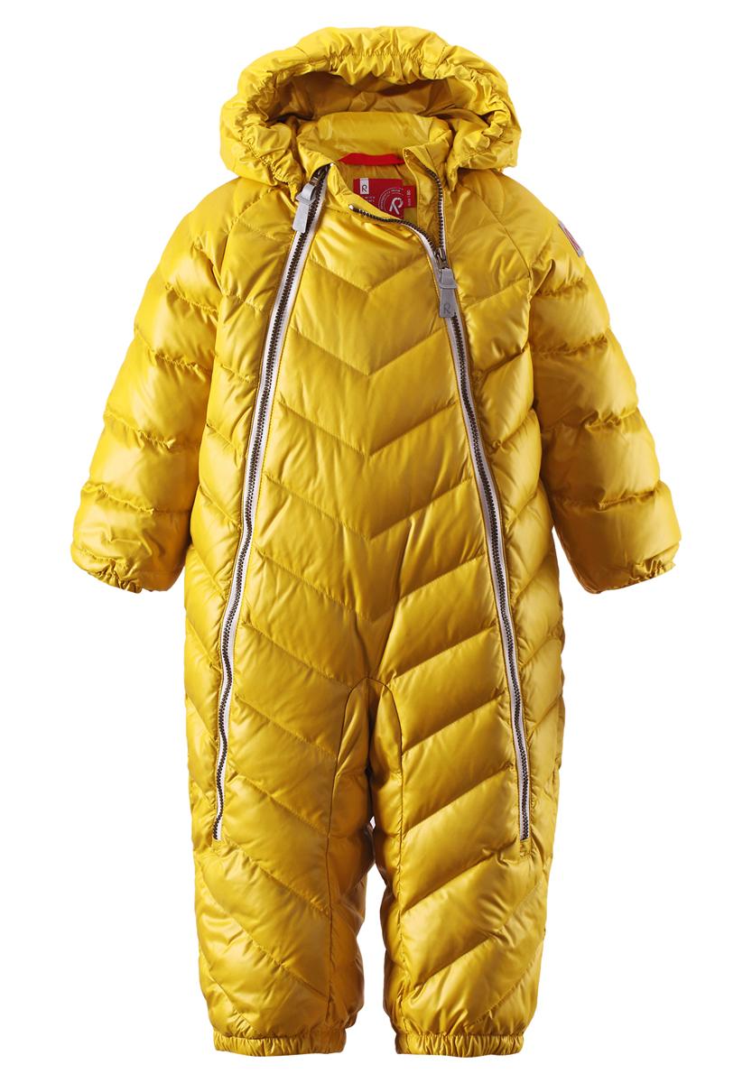 Комбинезон детский Reima Unetus, цвет: желтый. 510222-2320. Размер 62510222-2320Однотонная модель на легком пуху для поздней осени и первых зимних дней! Этот пуховый комбинезон для малышей просто идеален и для прогулок по городу, и для уютных поездок в коляске. Он украшен красивой строчкой, а благодаря двум молниям во всю длину его очень легко надевать. Комбинезон изготовлен из ветронепроницаемого, дышащего материала с верхним водо- и грязеотталкивающим слоем - он не пропустит ветер, и малышу в нем будет очень комфортно. Съемный капюшон защищает от холодного осеннего ветра, а светоотражающие детали позволяют хорошо видеть ребенка в темноте.