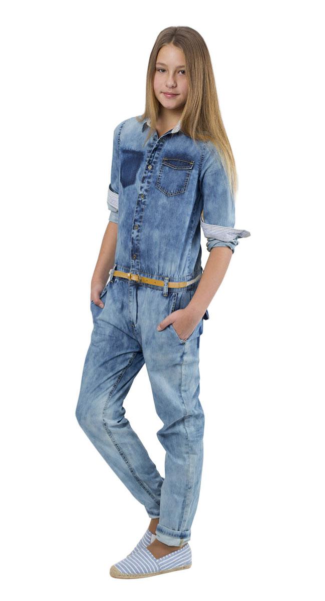 Комбинезон для девочки Gulliver Цикада, цвет: голубой джинс. 11609GTC6501. Размер 146, 10-11 лет11609GTC6501Джинсовый комбинезон для девочки Gulliver Цикада станет стильным дополнением к детскому гардеробу. Изготовленный из натурального хлопка, он мягкий и приятный на ощупь, не сковывает движения и позволяет коже дышать, обеспечивая комфорт. Комбинезон с отложным воротником и длинными рукавами застегивается сверху на пуговицы, на поясе на металлический крючок и имеет ширинку на застежке-молнии. На талии предусмотрены шлевки для ремня. Манжеты рукавов имеют застежки-пуговицы. Спереди расположены два втачных кармана, один накладной карман с клапаном, сзади - накладной карман с клапаном. Изделие оформлено прострочкой и эффектом потертости.Форма, модный деним, детали, имитирующие повреждения изделия говорят о том, что этот комбинезон - лучший образец современной модели для юной модницы, в нем она будет чувствовать себя комфортно, уютно и всегда будет в центре внимания!
