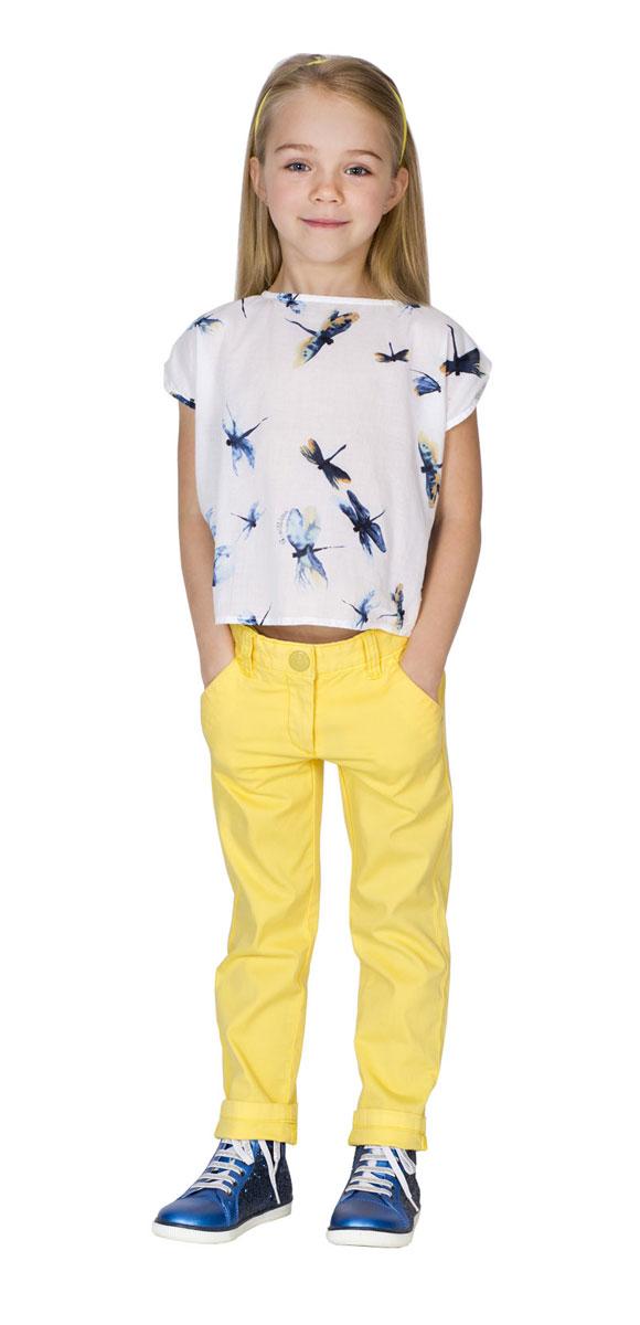 Брюки для девочки Gulliver Голубая стрекоза, цвет: желтый. 11602GMC6305. Размер 116, 5-6 лет11602GMC6305Модные брюки Gulliver Голубая стрекоза идеально подойдут вашей девочке. Изготовленные из эластичного хлопка, они мягкие и приятные на ощупь, не сковывают движения и позволяют коже дышать, не раздражают нежную кожу ребенка. Модель прямого покроя на талии застегиваются на металлическую пуговицу, также имеются ширинка на застежке-молнии и шлевки для ремня. С внутренней стороны пояс регулируется резинкой на пуговицах. Спереди изделие дополнено двумя втачными карманами со скошенными краями, а сзади - имитацией двух прорезных карманов. Современный дизайн и расцветка делают эти брюки стильным и практичным предметом детского гардероба. В них ваш ребенок всегда будет в центре внимания!