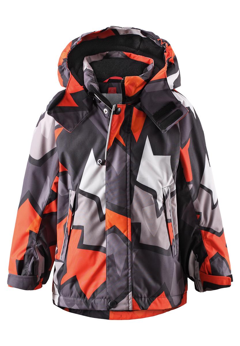 Куртка детская Reima Reimatec Kiekko, цвет: оранжево-красный, серый, черный. 521465B-3711. Размер 92521465B_3711Куртка Reima Reimatec Kiekko со средней степенью утепления станет отличным дополнением к детскому гардеробу. Куртка изготовлена из водонепроницаемой и ветрозащитной мембранной ткани на подкладке из 100% полиэстера. Материал отличается высокой устойчивостью к трению, благодаря специальной обработке полиуретаном, поверхность изделия отталкивает грязь и воду, что облегчает поддержание аккуратного вида одежды. Куртка полностью водонепроницаема, так как все ее швы проклеены для обеспечения максимальной защиты от воды.Дышащий материал изделия обеспечивает дополнительный комфорт. Концепция Reima Play Layers позволяет комбинировать слои одежды в зависимости от погоды и температуры на улице. В качестве утеплителя используется полиэстер. Куртка с воротником-стойкой и капюшоном застегивается на пластиковую застежку-молнию с защитой подбородка и дополнительно имеет две ветрозащитных планки, одна из которых на застежках-кнопках и липучках. Капюшон, присборенный по бокам на резинку, защитит нежные щечки ребенка от ветра. Он пристегивается к куртке при помощи кнопок. Глубина капюшона регулируется при помощи хлястика на липучке. Края рукавов собраны на резинку и дополнены хлястиками на липучках для лучшего сочетания с теплыми варежками или перчатками. Мягкая подкладка на капюшоне, воротнике и манжетах обеспечивает комфорт. Спереди расположены два прорезных кармана на молниях. С внутренней стороны куртки находится накладной карман на липучке. Спинка изделия немного удлинена. Понизу проходит скрытый эластичный шнурок со стопперами. Оформлена модель оригинальным ярким принтом.Светоотражающие вставки не оставят вашего ребенка незамеченным в темное время суток. С внутренней стороны изделие оснащено удобной системой кнопочных застежек Reima Play Layers, с помощью которых можно легко пристегнуть к куртке несколько слоев для создания дополнительного тепла. Теплая, удобная и практ