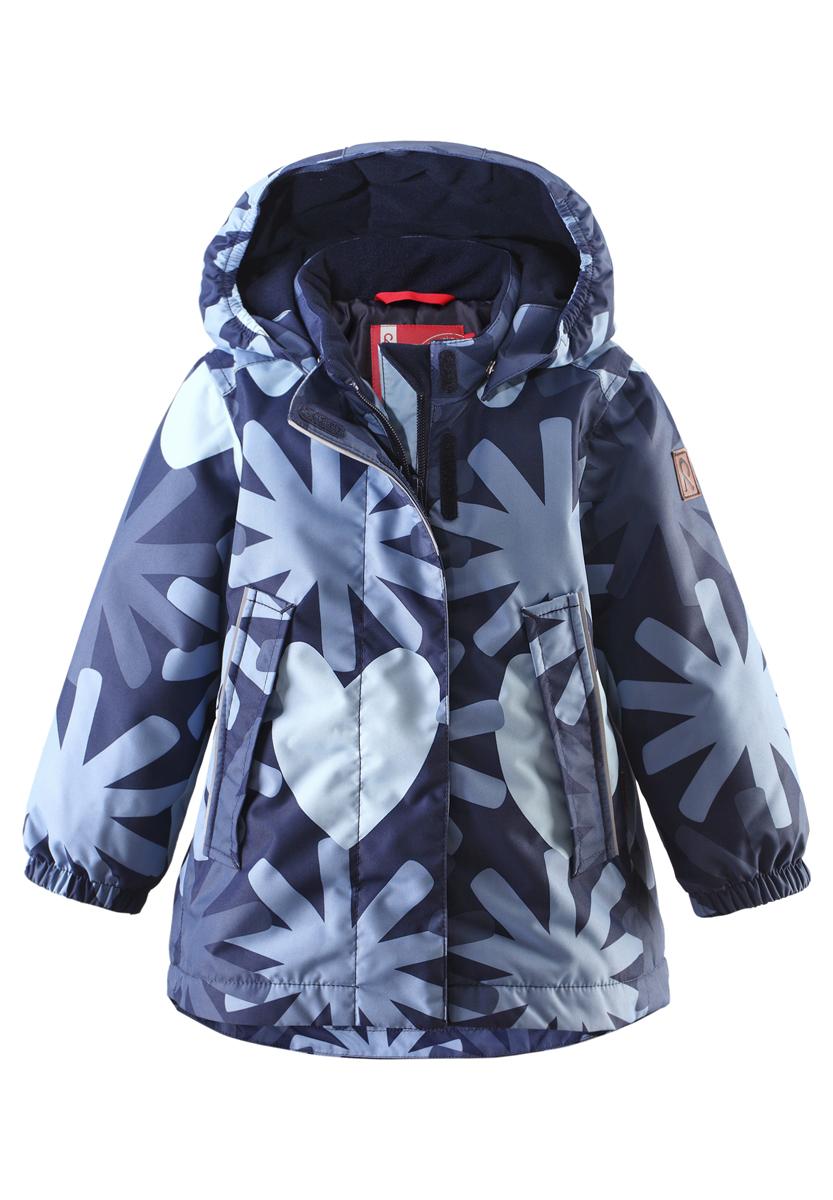 Куртка для девочки Reima Misteli, цвет: темно-синий, голубой. 511216-6981. Размер 80, 1 год511216-6981Прелестная куртка Reima Misteli идеально подойдет для вашей принцессы в прохладное время года. Модель изготовлена из ветрозащитного и дышащего материала - 100% полиэстера с полиуретановым покрытием, которое предотвращает проникновением влаги и грязи. Подкладка и утеплитель выполнены из 100% полиэстера. Внешние швы проклеены, водонепроницаемы.Куртка с воротником-стойкой застегивается на застежку-молнию и дополнена ветрозащитным клапаном с застежками-липучками. Съемный капюшон, фиксирующийся с помощью кнопок, присборен спереди на эластичные резинки. С внутренней стороны по талии изделие дополнено регулируемой эластичной резинкой. Изделие дополнено спереди двумя прорезными карманами с клапанами на застежках-кнопках. Манжеты рукавов дополнены эластичными резинками. Спинка модели немного удлинена. Нижняя часть спинки оформлена светоотражающей фирменной нашивкой, один из рукавов - нашивкой с фирменным логотипом. Светоотражающие элементы увеличивают безопасность вашего ребенка с темное время суток. Модель оформлена оригинальным принтом. Такая стильная куртка станет прекрасным дополнением гардеробу вашей девочки, она подарит комфорт и тепло. Водонепроницаемость: Waterpillar over 10 000 mm