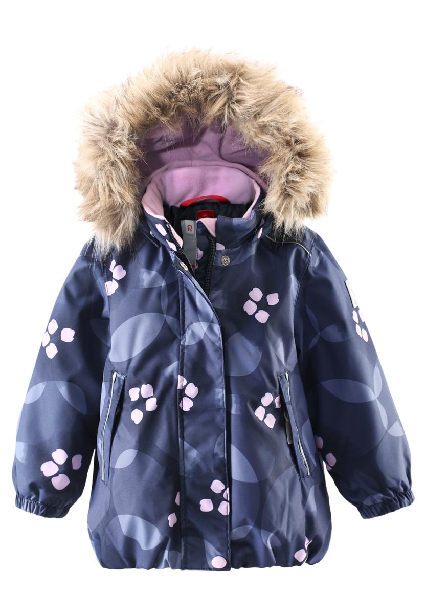 Куртка детская Reima Reimatec Muhvi, цвет: синий. 511228B-4908. Размер 74511228B-6991Зимняя мембранная куртка для малышей пошита из водо- и ветронепроницаемого, пропускающего воздух материала, который отталкивает грязь и влагу. Все швы куртки от Reimatec проклеены, водонепроницаемы, чтобы никакая погода не смогла помешать весёлым зимним приключениям! Ткань пропускает воздух, поэтому ребёнок не вспотеет, как бы быстро он ни двигался. Куртка с подкладкой из гладкого полиэстера легко надевается и удобно носится с тёплым промежуточным слоем. Вы заметили, что к куртке можно легко пристегнуть многие из промежуточных слоёв Reima? Благодаря удобным кнопкам для пристегивания промежуточного слоя к верхней одежде по системе PlayLayers, многие флисовые кофты можно пристегнуть к куртке, чтобы малышу было теплее и комфортнее. Съёмный регулируемый капюшон не только защищает от холодного ветра, но и безопасен во время игр на свежем воздухе! Если закреплённый кнопками капюшон зацепится за что-нибудь, он легко отстегнётся. Когда пойдёте гулять, в карманы на молниях можно положить крошечные сокровища, а светоотражающие детали обеспечат видимость в темноте. Стиль этой симпатичной куртки подчёркнут пышным подолом, остроконечным капюшоном с отстёгивающейся отделкой из искусственного меха и светоотражателем в форме цветка. Эта куртка не требует особого ухода. Водонепроницаемость: Waterpillar over 15 000 mm.