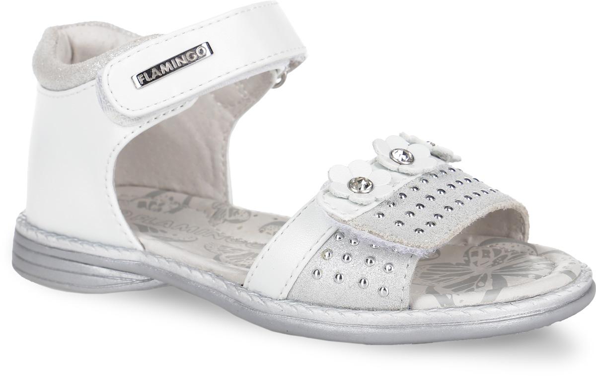 Сандалии для девочки Flamingo, цвет: белый, светло-серый. 61-QS123. Размер 2661-QS123Стильные сандалии от Flamingo придутся по душе вашей моднице! Модель, выполненная из искусственной и натуральной кожи, оформлена металлической пластиной логотипа бренда на верхнем ремешке. Нижний ремешок украшает замшевая поверхность с кнопками и декоративными цветами, дополненными крупными стразами в сердцевине.Полужесткий закрытый задник и два ремешка на застежках-липучках отвечают за надежную фиксацию модели на ноге. Мягкая стелька с поверхностью из натуральной кожи дополнена супинатором с перфорацией, который гарантирует правильное положение ноги ребенка при ходьбе и предотвращает плоскостопие.Подошва с рифлением обеспечивает идеальное сцепление с любыми поверхностями. Удобные сандалии - необходимая вещь в гардеробе каждого ребенка.