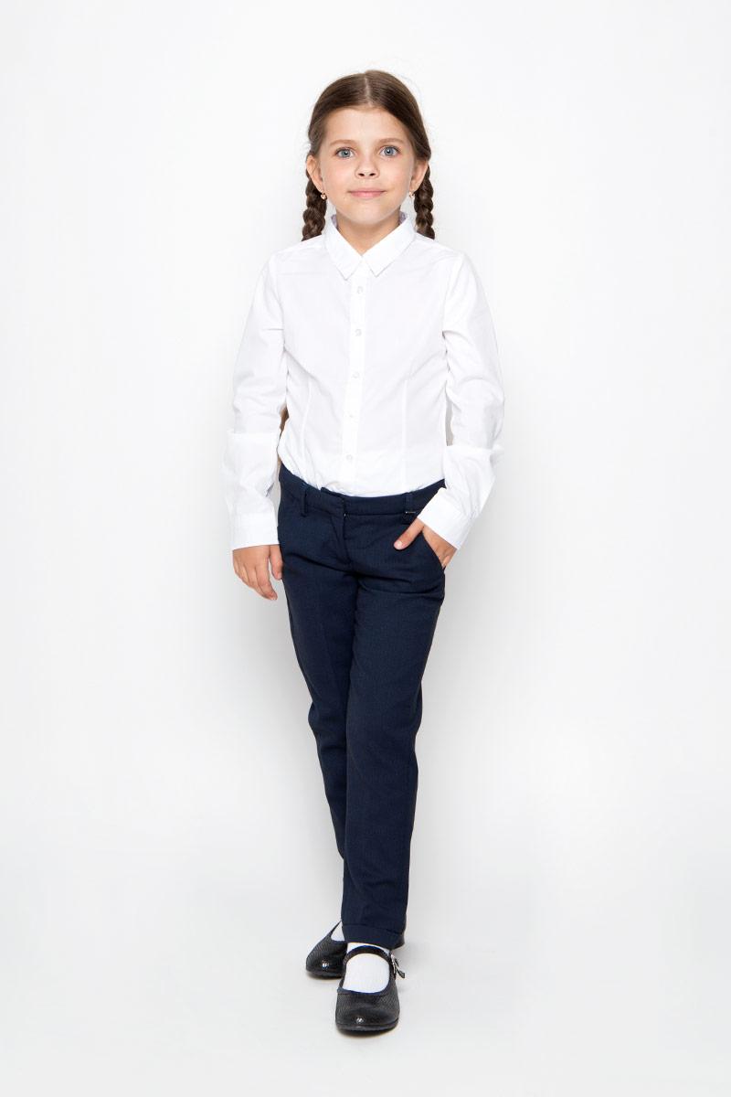 Брюки для девочки Gulliver, цвет: темно-синий. 21502GSC6302. Размер 152, 11-12 лет21502GSC6302Удобные брюки для девочки Gulliver идеально подойдут вашей маленькой моднице. Изготовленные из высококачественного комбинированного материала, они мягкие и приятные на ощупь, не сковывают движения, сохраняют тепло и позволяют коже дышать, обеспечивая наибольший комфорт. Подкладка брюк выполнена из полиэстера.Прямые брюки застегиваются на ширинку на застежке-молнии и пуговицу и крючок на поясе, имеются шлевки для ремня. С внутренней стороны пояс регулируется эластичной резинкой с пуговицами. Модель дополнена двумя втачными карманами спереди и двумя втачными карманами сзади. Брюки оформлены декоративными отворотами. Практичные и стильные брюки идеально подойдут вашей дочурке, а модная расцветка и высококачественный материал позволят ей комфортно чувствовать себя в течение дня!