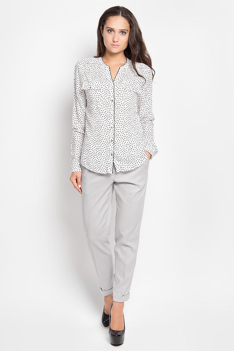 Блузка женская Sela Casual, цвет: белый, черный. B-112/1043-6391. Размер 44B-112/1043-6391Стильная женская блуза Sela, выполненная из 100% вискозы, подчеркнет ваш уникальный стиль и поможет создать оригинальный женственный образ.Модель с V-образным вырезом горловины и длинными рукавами застегивается на пуговицы по всей длине. Низ рукавов дополнен манжетами на пуговицах. Спереди блуза дополнена двумя накладными карманами с клапанами на пуговицах. Спинка модели немного удлинена. Изделие оформлено принтом в горох.Такая блузка будет дарить вам комфорт в течение всего дня и послужит замечательным дополнением к вашему гардеробу.