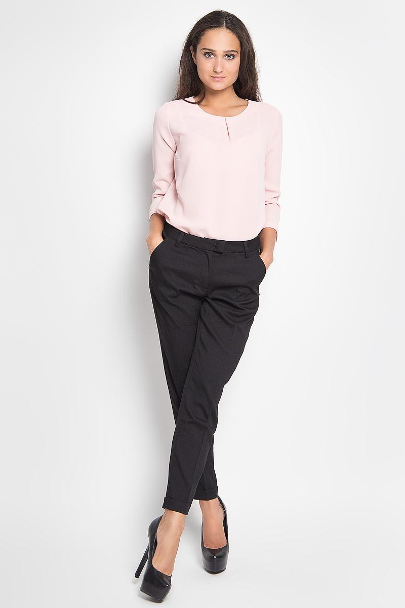 Брюки женские Sela, цвет: черный. P-115/749-6391. Размер M (46)P-115/749-6391Стильные женские брюки Sela - модная и комфортная альтернатива классическим моделям. Они изготовлены из полиэстера с добавлением вискозы и эластана. Ткань приятная на ощупь, не сковывает движений и хорошо пропускает воздух.Укороченные брюки имеют слегка зауженный силуэт. Они застегиваются спереди на пуговицу и металлический крючок, а также имеют ширинку на застежке-молнии. На поясе предусмотрены шлевки для ремня. Спереди расположены два втачных кармана, сзади - два прорезных. Брючины дополнены декоративными отворотами.Трендовый силуэт и укороченная длина позволяют создать модный и стильный образ!