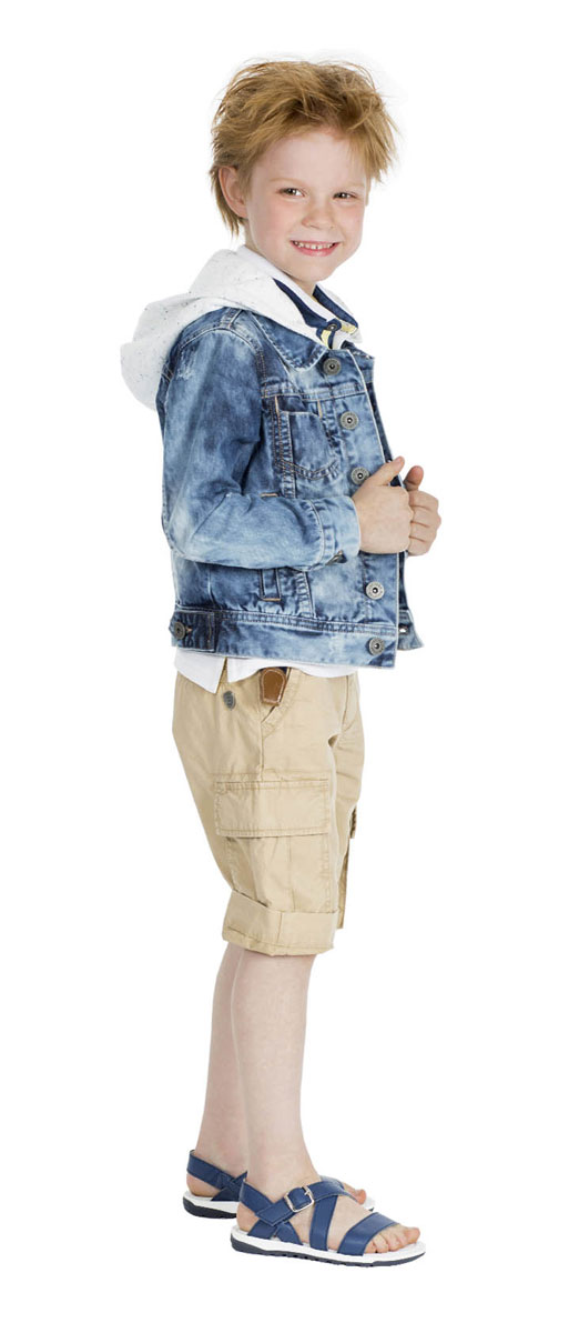 Шорты для мальчика Gulliver Воздухоплаватели, цвет: бежевый. 11604BMC6004. Размер 110, 4-5 лет11604BMC6004Стильные шорты для мальчика Gulliver Воздухоплаватели идеально подойдут юному моднику для отдыха и прогулок. Изготовленные из натурального хлопка, они мягкие и приятные на ощупь, позволяют коже дышать. Шорты имеют комфортную длину и удобную посадку изделия на фигуре.Модель на талии застегивается на металлическую пуговицу и имеет ширинку на застежке-молнии, а также шлевки для ремня. С внутренней стороны пояс регулируется скрытой резинкой на пуговицах. Спереди расположены два втачных кармана, сзади - два прорезных, по бокам предусмотрены два объемных накладных кармана с клапанами. Модель дополнена декоративными отворотами. Изделие украшено металлической пластиной с фирменным логотипом. Современный дизайн и расцветка делают эти шорты модным предметом детской одежды. Обладатель таких шорт всегда будет в центре внимания!