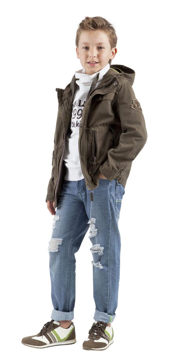 Джинсы для мальчика Gulliver Бойскаут, цвет: голубой джинс. 11503BKC6309. Размер 128, 7-8 лет11503BKC6309Стильные джинсы для мальчика Gulliver Бойскаут идеально подойдут вашему моднику. Изготовленные из хлопка с добавлением полиэстера, они мягкие и приятные на ощупь, не сковывают движения и позволяют коже дышать, не раздражают нежную кожу ребенка. Джинсы прямого покроя на талии застегиваются на металлическую пуговицу, также имеются ширинка на застежке-молнии и шлевки для ремня. С внутренней стороны пояс регулируется резинкой на пуговицах. Спереди джинсы дополнены двумя втачными карманами со скошенными краями и маленьким прорезным кармашком, а сзади - двумя накладными карманами. Джинсы оформлены эффектом потертости, перманентными складками и рваным эффектом. Современный дизайн и расцветка делают эти джинсы стильным и практичным предметом детского гардероба. В них ваш ребенок всегда будет в центре внимания!