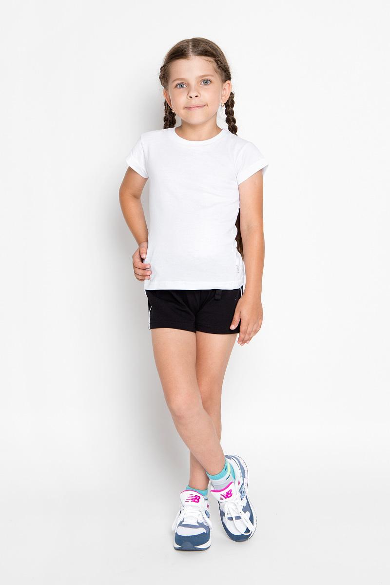 Комплект для девочки Nota Bene: футболка, шорты, цвет: белый, черный. CJR260001B-1. Размер 152CJR260001A-1/CJR260001B-1Комплект одежды для девочки Nota Bene состоит из футболки и шорт. Футболка выполнена из натурального хлопка, шорты - из эластичного. Комплект очень мягкий, приятный к телу, не сковывает движения, хорошо пропускает воздух. Футболка с круглым вырезом горловины и короткими рукавами оформлена сзади принтовыми надписями. В боковом шве модель дополнена нашивкой с логотипом N&B. Шорты на талии имеют пояс на резинке, благодаря чему они не сдавливают живот ребенка и не сползают. Объем пояса также регулируется при помощи затягивающегося шнурка. Боковые швы оформлены кантом контрастного цвета. В таком комплекте ребенок будет чувствовать себя комфортно и уютно во время отдыха или занятий спортом!