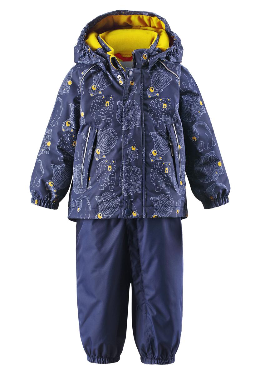 Комплект детский Reima Reimatec Bjorn: куртка, брюки, цвет: синий. 513101R-6987. Размер 74513101R-6987Благодаря забавному рисунку с медвежонком этот непромокаемый зимний комплект для малышей сделает морозное утро веселее! Зимняя куртка и брюки для малышей изготовлены из водо- и ветронепроницаемого, дышащего материала с водо- и грязеотталкивающей поверхностью. Все швы в куртке и брюках проклеены и водонепроницаемы, поэтому неожиданный снегопад или дождь не помешает веселым играм на свежем воздухе! Эта куртка с подкладкой из гладкого полиэстера легко надевается, ее очень удобно носить с теплым промежуточным слоем. Куртка прямого кроя с безопасным съемным капюшоном. Капюшон обеспечивает дополнительную безопасность во время активных прогулок - кнопки легко отстегиваются, если капюшон случайно за что-нибудь зацепится. Брюки с высокой талией и регулируемыми подтяжками будут сидеть точно по фигуре, а длинная молния спереди облегчит надевание. Благодаря дополнительной вставке из ватина малыши не замерзнут, сидя на снегу или катаясь с горы. Брючины с прочными силиконовыми штрипками на концах не задираются во время прогулки. Водонепроницаемость: более 15 000 мм.