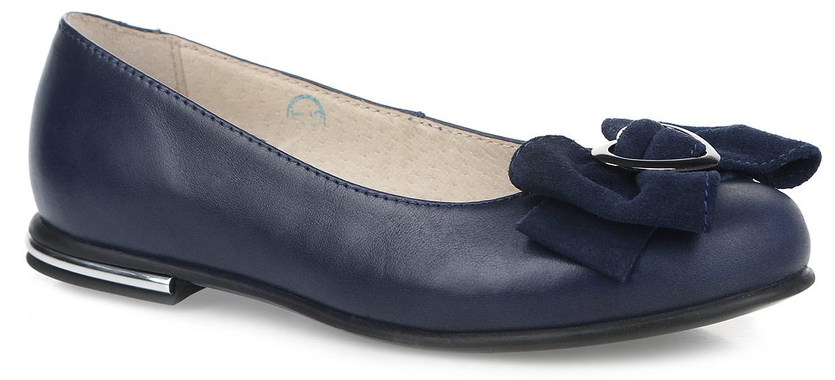 Балетки для девочки Зебра, цвет: темно-синий. 11181-5. Размер 3411181-5Балетки Зебра выполнены из натуральной кожи и оформлены декоративным бантиком из натурального велюра. Полужесткий задник зафиксирует ногу, не давая ей смещаться в разные стороны. Внутренняя поверхность из натуральной кожи комфортна при движении. Стелька выполнена из ЭВА-материала с поверхностью из натуральной кожи и дополнена перфорацией.Подошва выполнена из прочного ТЭП-материала и дополнена рельефным рисунком, который гарантирует отличное сцепление с любой поверхностью.