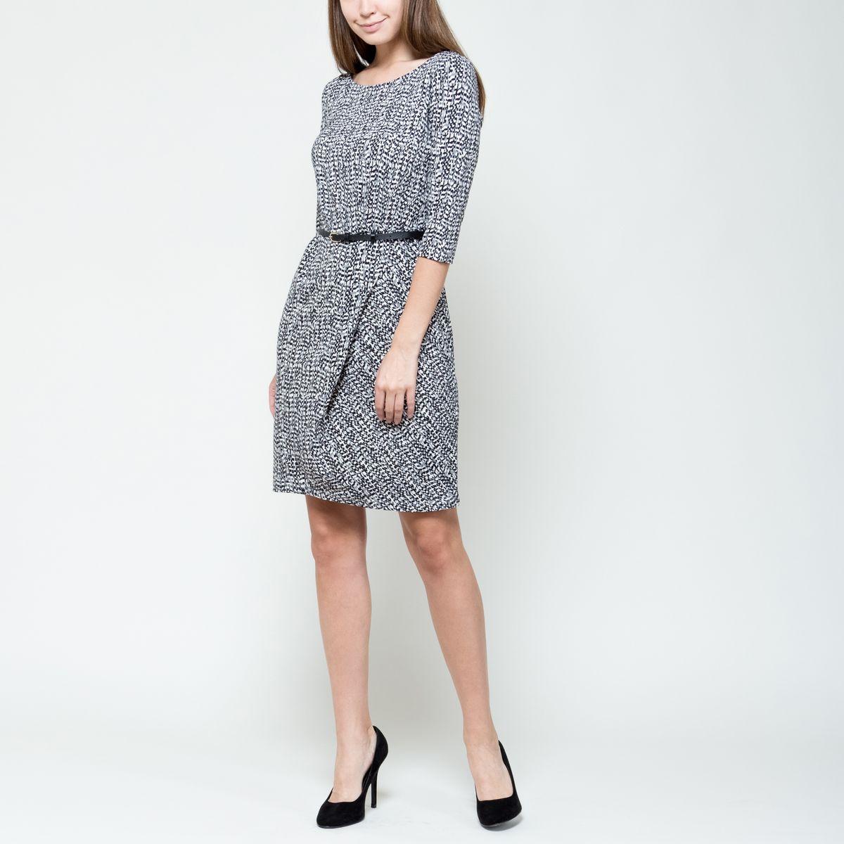 Платье Sela, цвет: черный, серый, белый. DK-117/1017-6391. Размер XL (50)DK-117/1017-6391Модное платье Sela выполнено из эластичного полиэстера.Платье-миди с круглым вырезом горловины и рукавами 3/4 оформлено оригинальным принтом. На талии изделие дополнено стильным ремнем с металлической пряжкой.