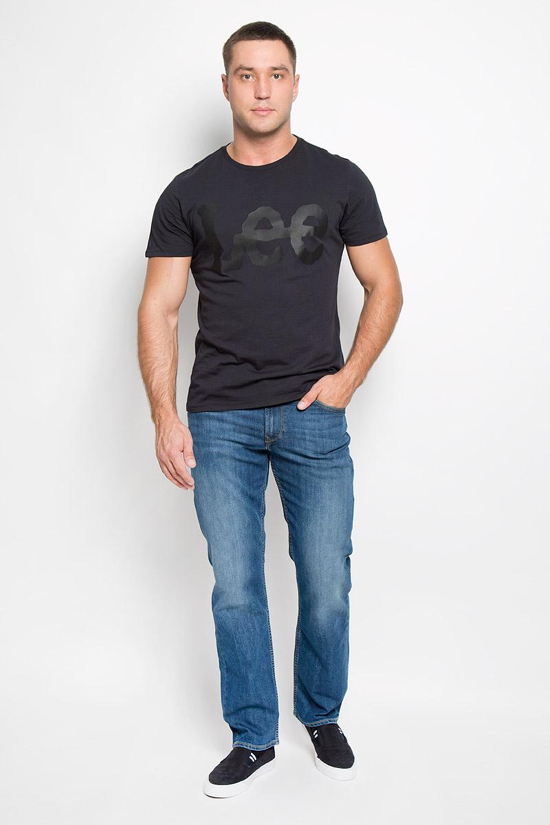 Джинсы мужские Lee Brooklyn Straight, цвет: синий. L452AAML. Размер 32-32 (48-32)L452AAMLСтильные мужские джинсы Lee Brooklyn Straight - джинсы высочайшего качества, которые прекрасно сидят. Модель слегка зауженного к низу кроя и средней посадки изготовлена из хлопка с добавлением эластомультиэстера, не сковывает движения и дарит комфорт.Джинсы на талии застегиваются на металлическую пуговицу, а также имеют ширинку на застежке-молнии и шлевки для ремня. Спереди модель дополнена двумя втачными карманами и одним небольшим накладным кармашком, а сзади - двумя большими накладными карманами. Модель оформлена небольшими потертостями. Эти модные и в тоже время удобные джинсы помогут вам создать оригинальный современный образ. В них вы всегда будете чувствовать себя уверенно и комфортно.