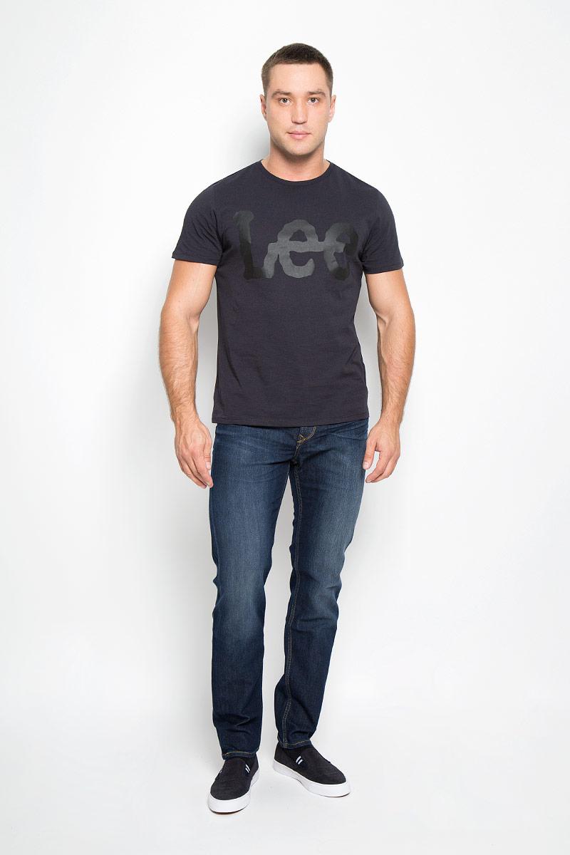 Джинсы мужские Lee Arvin, цвет: темно-синий. L732AADY. Размер 33-34 (48/50-34)L732AADYМодные мужские джинсы Lee Arvin - джинсы высочайшего качества на каждый день, которые прекрасно сидят.Модель зауженного к низу кроя и стандартной посадки изготовлена из эластичного хлопка. Застегиваются джинсы на пуговицу в поясе и ширинку на молнии, также имеются шлевки для ремня.Джинсы имеют классический пятикарманный крой: спереди модель дополнена двумя втачными карманами и одним маленьким накладным кармашком, а сзади - двумя накладными карманами. Оформлено изделие эффектом потертости, контрастной прострочкой, металлическими клепками с логотипом бренда и фирменной нашивкой на поясе.Современный дизайн, отличное качество и расцветка делают эти джинсы модной и удобной моделью, которая подарит вам комфорт в течение всего дня.