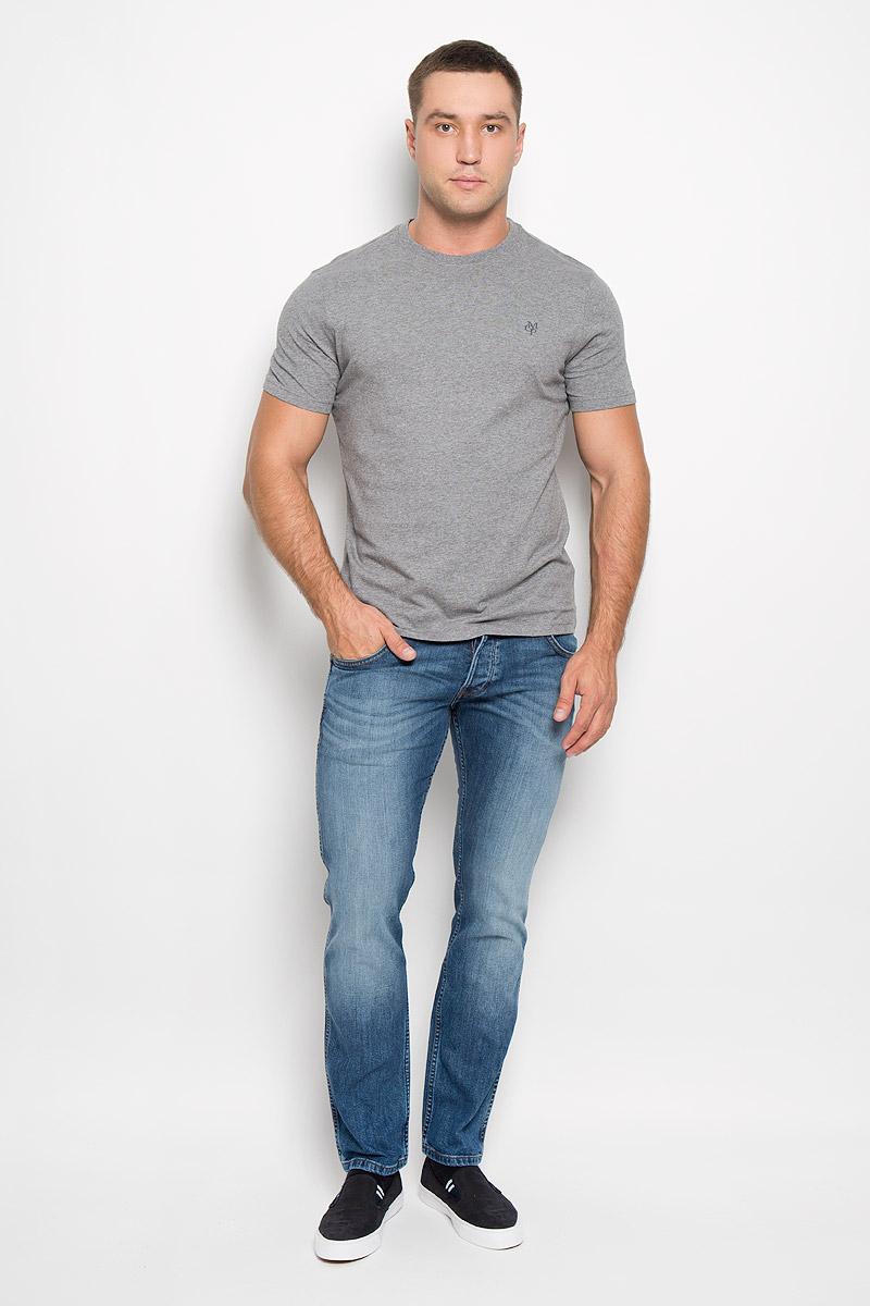 Футболка мужская Marc OPolo, цвет: светло-серый. 222051014/936. Размер S (42)222051014/936Стильная мужская футболка Marc OPolo выполнена из натурального хлопка. Материал очень мягкий и приятный на ощупь, обладает высокой воздухопроницаемостью и гигроскопичностью, позволяет коже дышать. Модель прямого кроя с круглым вырезом горловины и короткими рукавами на груди оформлена логотипом бренда. Вырез горловины дополнен трикотажной резинкой.Такая модель подарит вам комфорт в течение всего дня и послужит замечательным дополнением к вашему гардеробу.