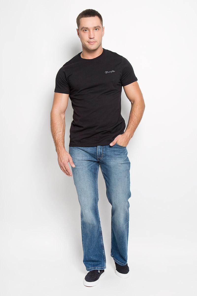 Джинсы мужские Wrangler Jacksville, цвет: синий. W15BXG62U. Размер 34-32 (50-32)W15BXG62UСтильные мужские джинсы Wrangler Jacksville - джинсы высочайшего качества, которые прекрасно сидят. Модель прямого кроя и средней посадки изготовлена из хлопка с добавлением эластана, не сковывает движения и дарит комфорт.Джинсы на талии застегиваются на металлическую пуговицу, а также имеют ширинку застежке-молнии и шлевки для ремня. Спереди модель дополнена двумя втачными карманами и одним небольшим накладным кармашком, а сзади - двумя большими накладными карманами. Джинсы оформлены небольшими потертостями.Эти модные и в тоже время удобные джинсы помогут вам создать оригинальный современный образ. В них вы всегда будете чувствовать себя уверенно и комфортно.