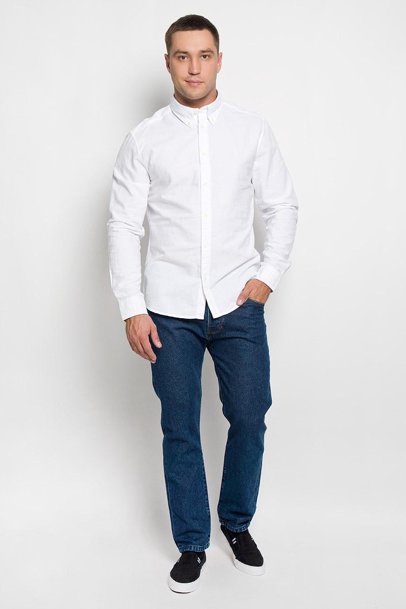 Джинсы мужские Wrangler Boyton, цвет: темно-синий. W16E0583Y. Размер 30-32 (46-32)W16E0583YСтильные мужские джинсы Wrangler Boyton - джинсы высочайшего качества, которые прекрасно сидят. Модель слегка зауженного к низу кроя и средней посадки изготовлена из натурального хлопка, не сковывает движения и дарит комфорт.Джинсы на талии застегиваются на металлическую пуговицу, а также имеют ширинку пуговицах и шлевки для ремня. Спереди модель дополнена двумя втачными карманами и одним небольшим накладным кармашком, а сзади - двумя большими накладными карманами.Эти модные и в тоже время удобные джинсы помогут вам создать оригинальный современный образ. В них вы всегда будете чувствовать себя уверенно и комфортно.