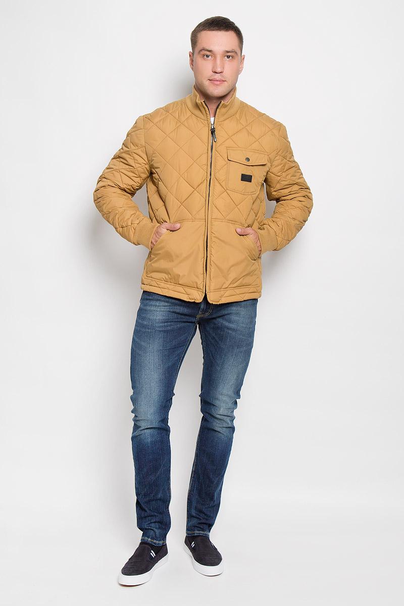 Куртка мужская Lee, цвет: горчичный. L88HWMPE. Размер XL (52)L88HWMPEСтеганая мужская куртка Lee станет стильным дополнением к вашему гардеробу. Модель выполнена из полиамида. В качестве утеплителя используется полиэстер.Куртка с воротником-стойкой застегивается на пластиковую молнию. Воротник изготовлен из трикотажной резинки. На рукавах предусмотрены широкие эластичные манжеты. Спереди расположены два больших накладных кармана. На груди имеется накладной карман с клапаном на застежке-кнопке. Спинка изделия снизу оснащена двумя хлястиками с застежками-пуговицами для регулировки объема куртки. Модель украшена небольшой фирменной нашивкой. Эта стильная и модная куртка подарит вам тепло и комфорт!