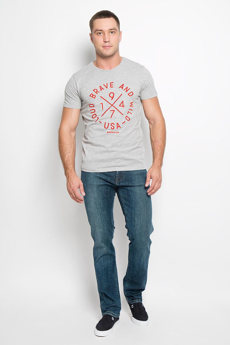Джинсы мужские Wrangler Texas, цвет: серо-синий. W1217777E. Размер 32-34 (48-34)W1217777EСтильные мужские джинсы Wrangler Texas - джинсы высочайшего качества, которые прекрасно сидят. Модель слегка зауженного к низу кроя и средней посадки изготовлена из хлопка с добавлением эластана, не сковывает движения и дарит комфорт.Джинсы на талии застегиваются на металлическую пуговицу, а также имеют ширинку застежке-молнии и шлевки для ремня. Спереди модель дополнена двумя втачными карманами и одним небольшим накладным кармашком, а сзади - двумя большими накладными карманами. Джинсы оформлены небольшими потертостями.Эти модные и в тоже время удобные джинсы помогут вам создать оригинальный современный образ. В них вы всегда будете чувствовать себя уверенно и комфортно.