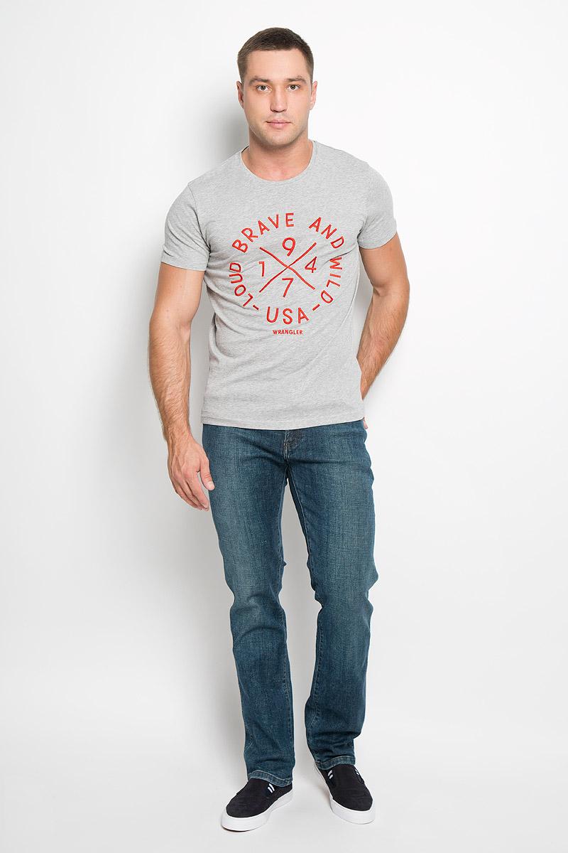 Футболка мужская Wrangler, цвет: серый меланж. W7A09FQ37. Размер S (46)W7A09FQ37Стильная мужская футболка Wrangler выполнена из натурального хлопка. Материал очень мягкий и приятный на ощупь, обладает высокой воздухопроницаемостью и гигроскопичностью, позволяет коже дышать. Модель прямого кроя с круглым вырезом горловины и короткими рукавами. Горловина обработана трикотажной резинкой, которая предотвращает деформацию после стирки и во время носки. Футболка дополнена вышитыми надписями. Такая модель подарит вам комфорт в течение всего дня и послужит замечательным дополнением к вашему гардеробу.