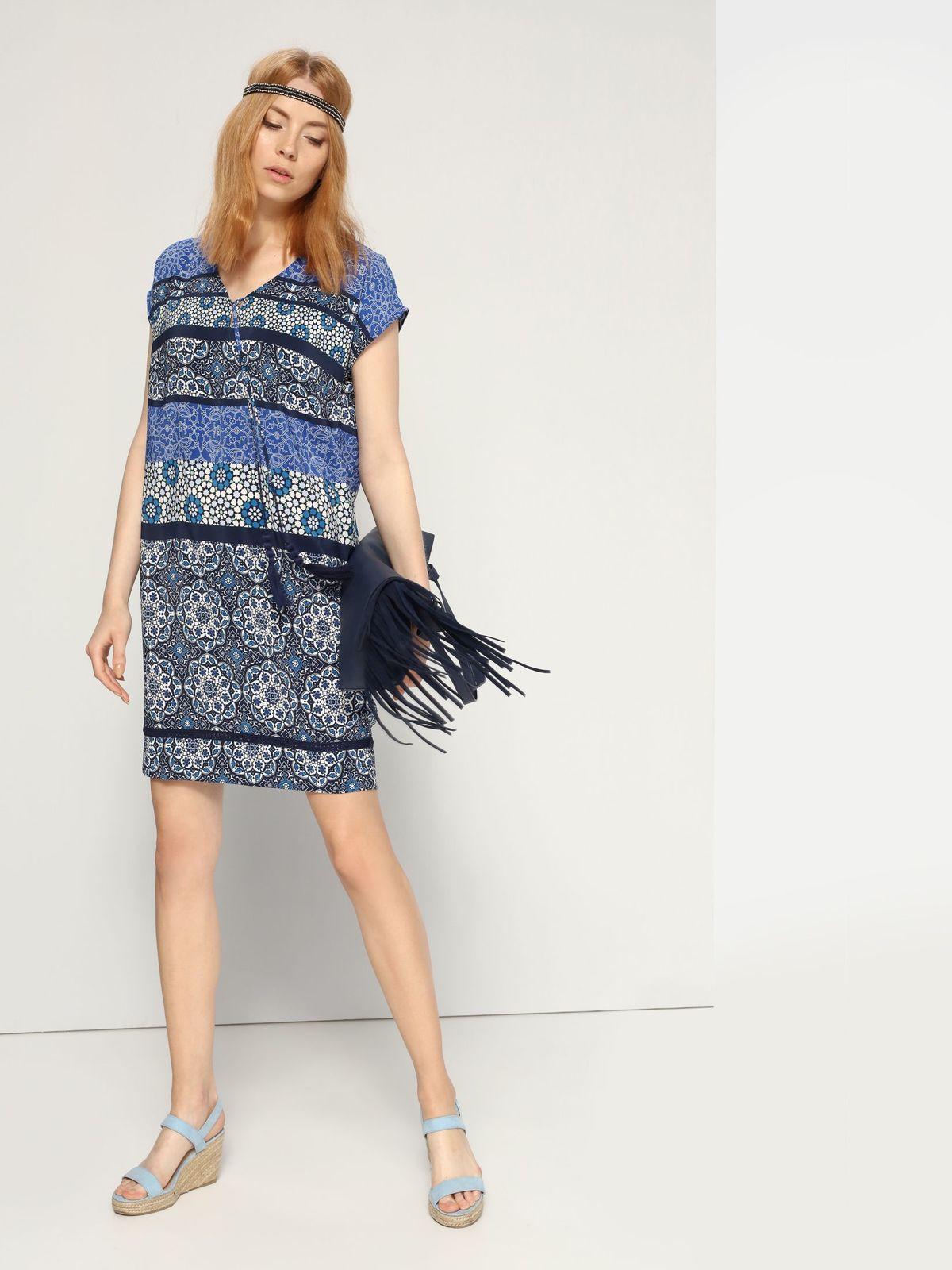 Платье Top Secret, цвет: темно-синий, мультиколор. SSU1573GR. Размер 34 (40)SSU1573GRПлатье Top Secret выполнено из 100% полиэстера. Платье-мини с V-образным вырезом горловины и короткими рукавами-кимоно. Модель оформлена оригинальным принтом и дополнено кружевной вставкой по низку и оригинальным бантом с кисточками на груди.