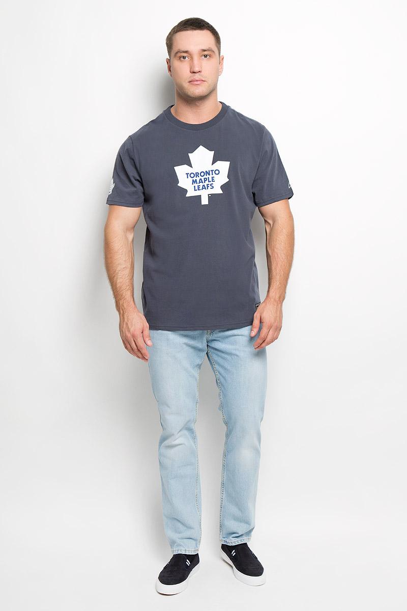 Футболка мужская NHL Toronto Maple Leafs, цвет: серо-синий. 29190. Размер XL (52)29190Мужская футболка NHL Toronto Maple Leafs, выполненная из натурального хлопка, порадует любого поклонниказнаменитого хоккейного клуба. Материал очень мягкий и приятный на ощупь, не сковывает движения ипозволяет коже дышать. Футболка с короткими рукавами имеет круглый вырез горловины, дополненный трикотажной резинкой.Изделие оформлено термоаппликацией в виде логотипа хоккейного клуба Toronto Maple Leafs с эффектом потрескавшейся краски, а также украшенонебольшой текстильной нашивкой.Такая модель отлично подойдет для повседневной носки и подарит вам комфорт в течение всего дня! УВАЖАЕМЫЕ КЛИЕНТЫ! Обращаем ваше внимание на возможные незначительные изменения в дизайне нашивки.