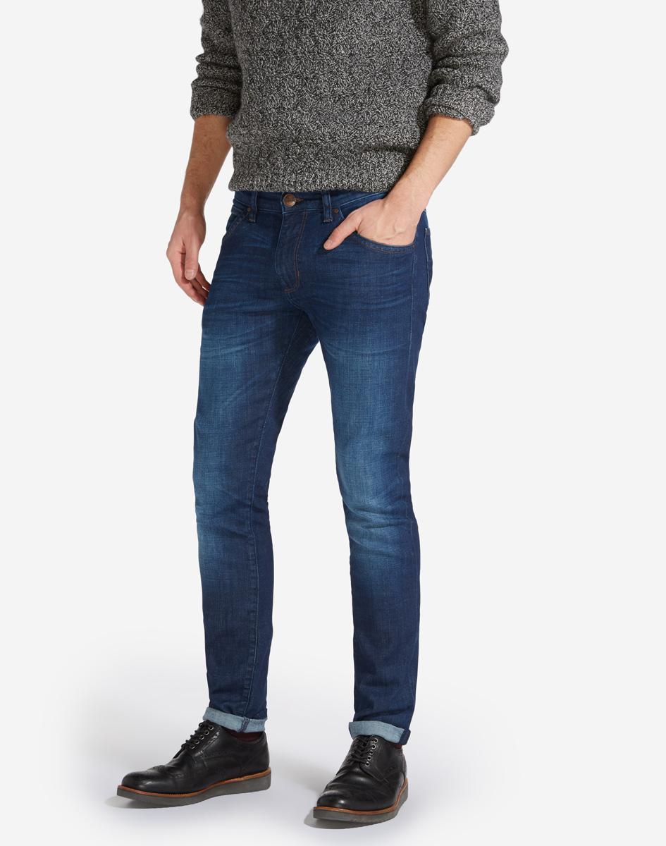 Джинсы мужские Wrangler Bryson, цвет: темно-синий. W14X9184Y. Размер 30-34 (46-34)W14X9184YСтильные мужские джинсы Wrangler Bryson изготовлены из хлопка с добавлением полиэстера и эластана.Джинсы-скинни средней посадки застегиваются на пуговицу в поясе и ширинку на застежке-молнии. На поясе имеются шлевки для ремня. Спереди модель дополнена двумя втачными карманами и одним небольшим накладным кармашком, а сзади - двумя накладными карманами. Модель оформлена эффектом потертости и перманентными складками.