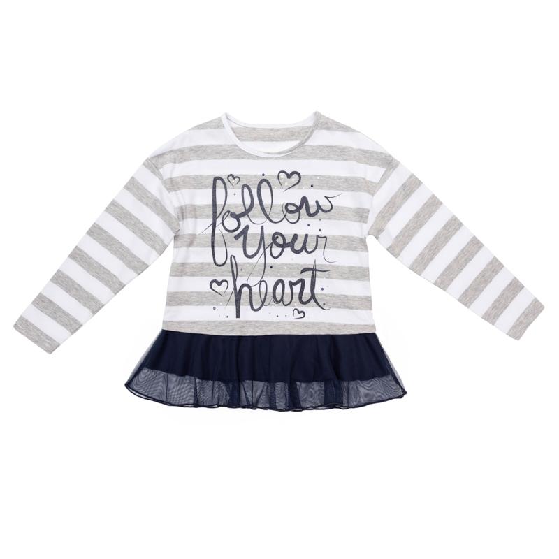 Лонгслив для девочки PlayToday, цвет: серый меланж, белый, темно-синий. 362019. Размер 98362019Мягкая полосатая футболка-туника с длинными рукавами оформлена надписью со сверкающим глиттером и стразами. По низу модель дополнена легкой сетчатой «юбочкой» контрастного цвета. Универсальное сочетание цветов позволяет комбинировать модель с любой одеждой.