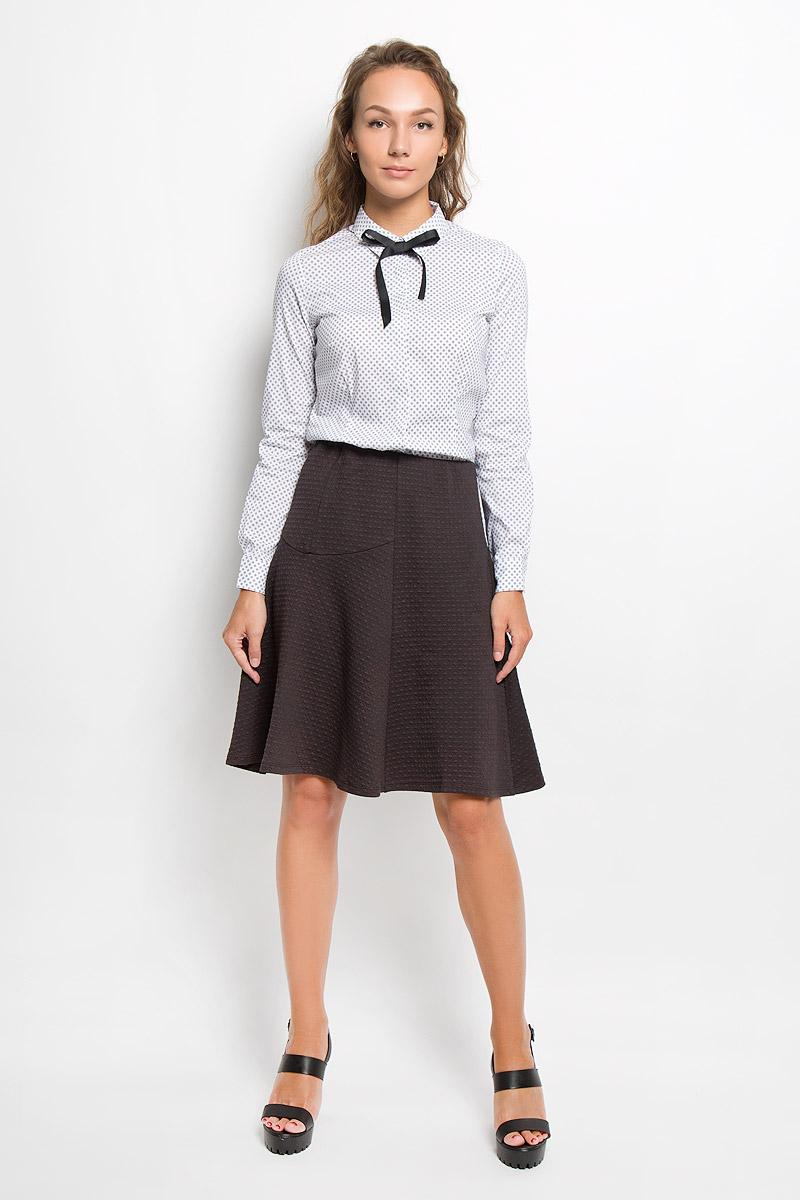 Блузка женская Sela Casual, цвет: белый. B-112/1116-6351. Размер XS (42)B-112/1116-6351Модная блузка Sela Casual займет достойное место в вашем гардеробе. Модель выполнена из хлопка с добавлением нейлона и эластана. Материал приятный на ощупь, хорошо пропускает воздух, не стесняет движений. Блузка с отложным воротником и длинными рукавами застегивается спереди по всей длине на пуговицы, скрытые за планкой. Модель имеет полуприлегающий силуэт. Воротник дополнен съемной лентой контрастного цвета. На рукавах предусмотрены манжеты с застежками-пуговицами. Изделие оформлено геометрическим принтом.Блузка поможет создать оригинальный женственный образ!