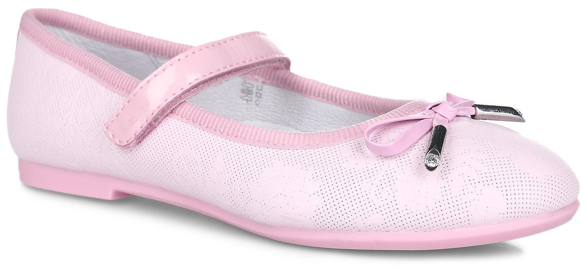 Туфли для девочки Kapika, цвет: светло-розовый. 23295-1. Размер 3623295-1Очаровательные туфли от Kapika заинтересуют вашу юную модницу с первого взгляда. Модель выполнена из натуральной кожи с декоративным тиснением и оформлена текстильным кантом. Мыс туфель украшен декоративным бантиком. Внутренняя поверхность из натуральной кожи. Модель фиксируется на ноге с помощью удобного ремешка с застежкой-липучкой. Стелька из натуральной кожи дополнена супинатором с перфорацией, который обеспечивает правильное положение ноги ребенка при ходьбе и предотвращает плоскостопие. Анатомическая стелька обеспечивает воздухопроницаемость, отличную амортизацию, сохранение комфортного микроклимата обуви, эффективное поглощение влаги и неприятных запахов. Рифленая поверхность подошвы, выполненной из ТЭП-материала, гарантирует отличноесцепление с любыми поверхностями.Удобные туфли - незаменимая вещь в гардеробе каждой девочки.