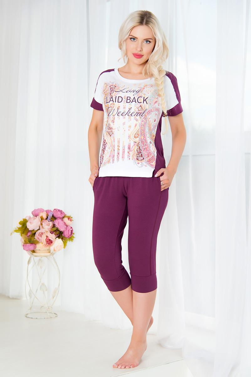 Комплект домашний женский Mia Cara: туника, капри, цвет: сливовый, белый. SS16-MCUZ-659. Размер 54/56SS16-MCUZ-659Женский домашний комплект Mia Cara включает в себя футболку и бриджи. Комплект изготовлен из приятного на ощупь высококачественного эластичного хлопка. Бриджи дополнены широкой эластичной резинкой на поясе, имеют широкие манжеты на брючинах. Спереди расположены два втачных кармана. Изделие украшено вышивкой в виде логотипа бренда.Футболка с короткими цельнокроеными рукавами и круглым вырезом горловины украшена красочным орнаментом и надписью Long Laid-Back Weekend. Российский бренд Mia Cara с итальянским темпераментом воплотил в своей продукции традиционное европейское качество, ультрамодный дизайн и исключительный комфорт.Эксклюзивные авторские принты и набивные рисунки, разработанные дизайнерами из Милана для торговой марки вызывают восхищение и восторг у самых требовательных женщин, ценящих красоту и удобство!Все полотна, использующиеся для производства одежды, изготовлены из высококачественного хлопка, изделия очень мягкие на ощупь и тактильно приятные. В ткань нежно вплетены специальные волокна эластана, которые позволяют создать прилегающий силуэт и обеспечить комфорт. Вся продукция обладает благородными и стойкими цветами, устойчивыми к воздействиям в процессе использования и стирки.Изделия бесконечно долго имеют безупречный внешний вид, не линяют и не растягиваются.Одежда Mia Cara позволит вам всегда выглядеть эффектно и элегантно, и ежедневно радовать себя и близких.